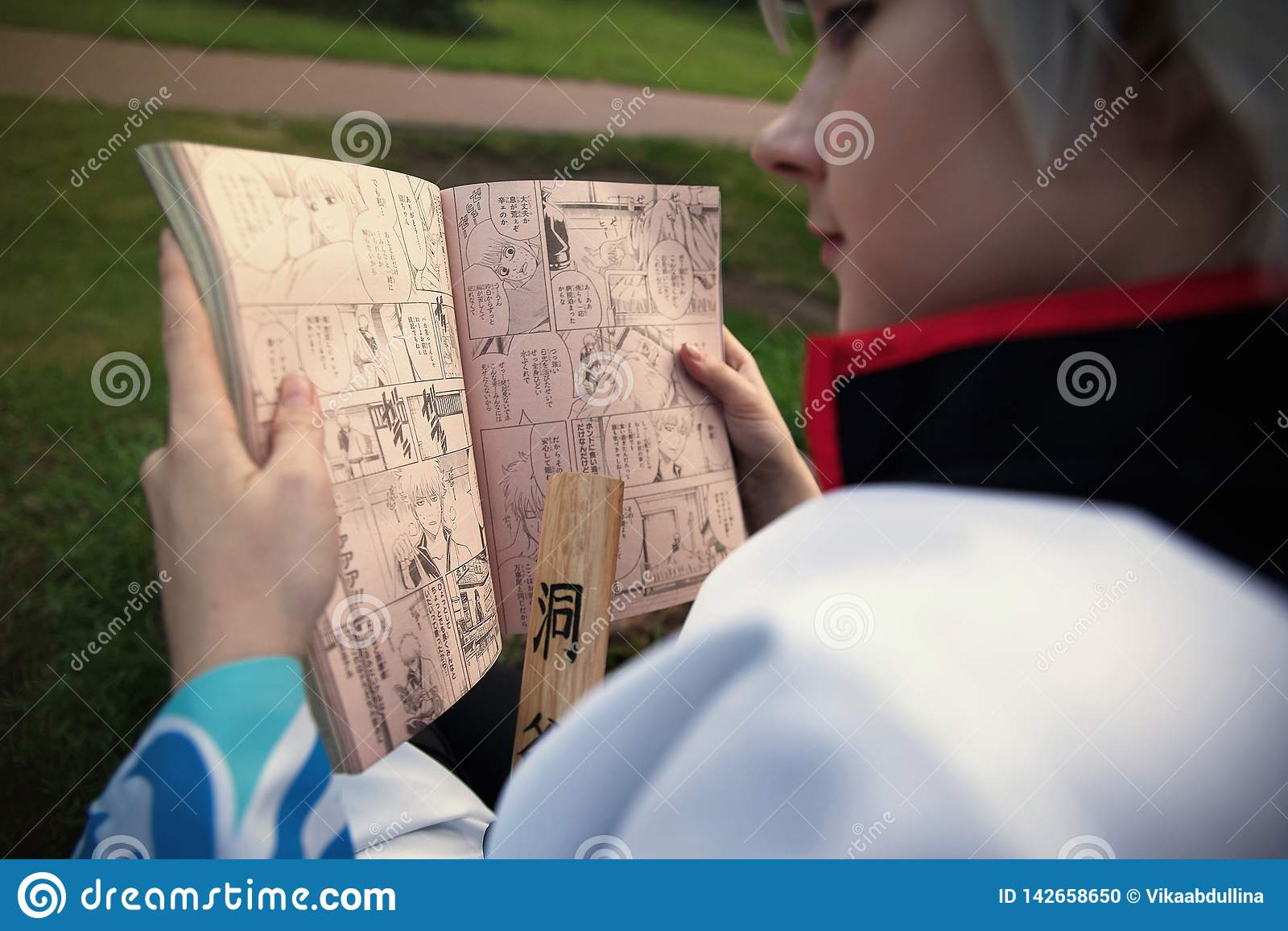 Muchacha Cosplayer de Sakata Gintoki del salto semanal de lectura de Gintama Shonen