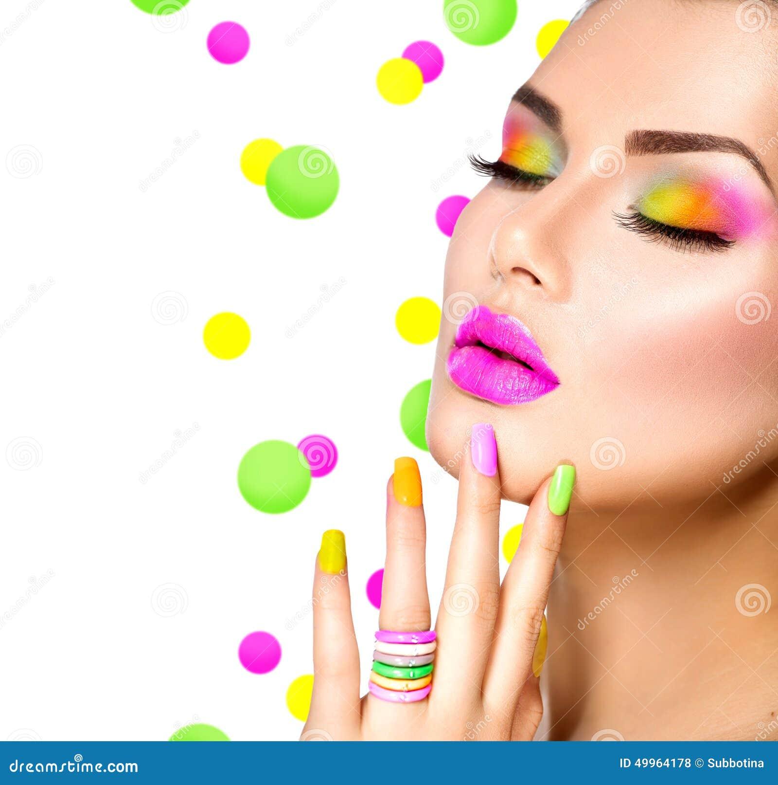 Muchacha de la belleza con maquillaje colorido