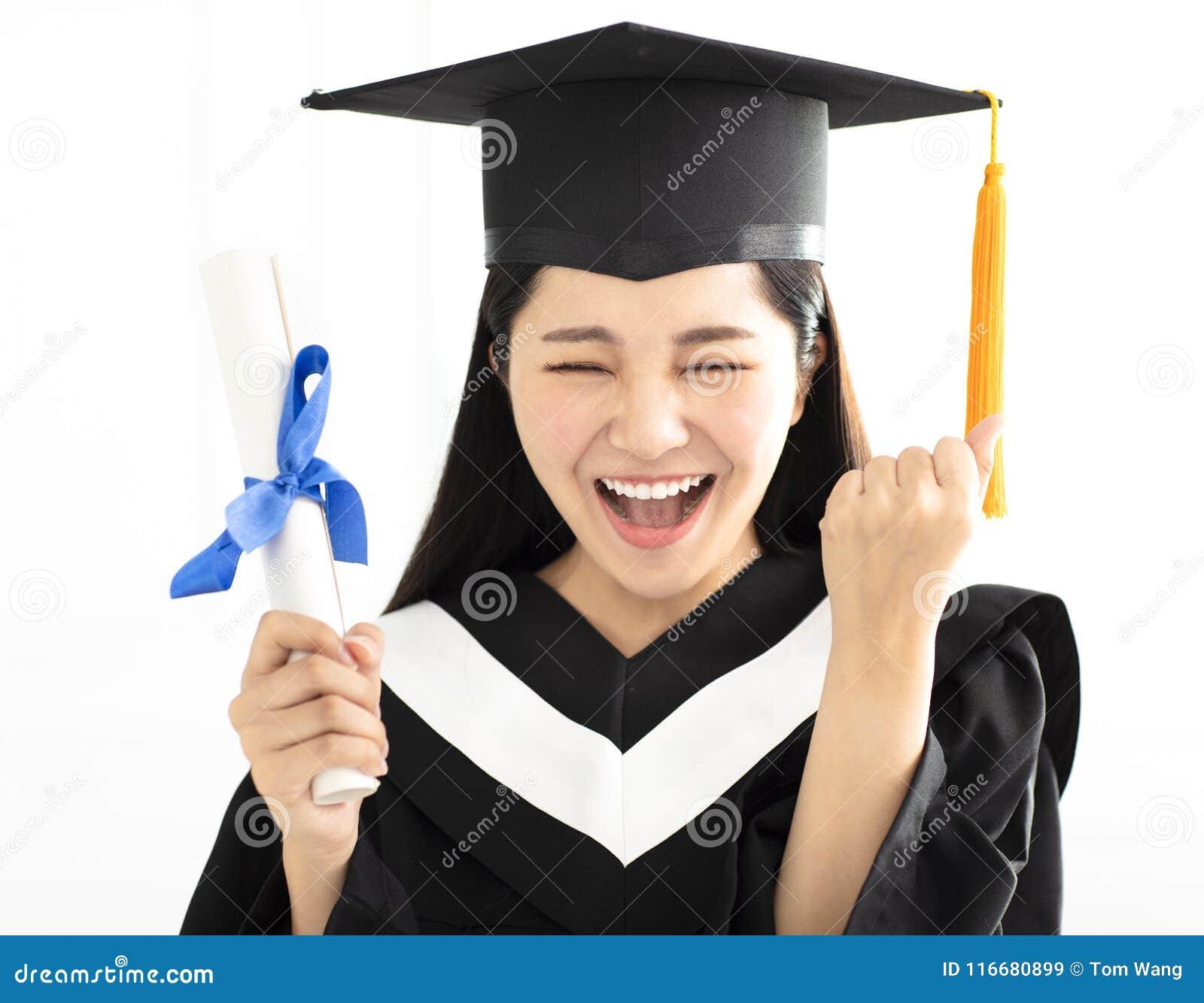 6b1e05979 Muchacha de la graduación en la celebración del casquillo y del vestido