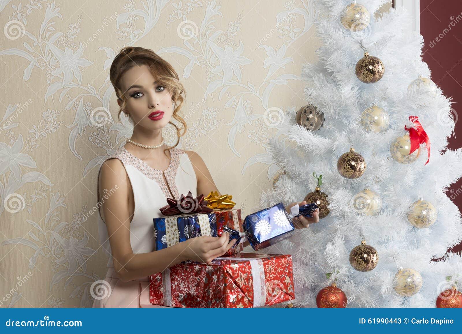 Muchacha de la moda con los regalos de Navidad