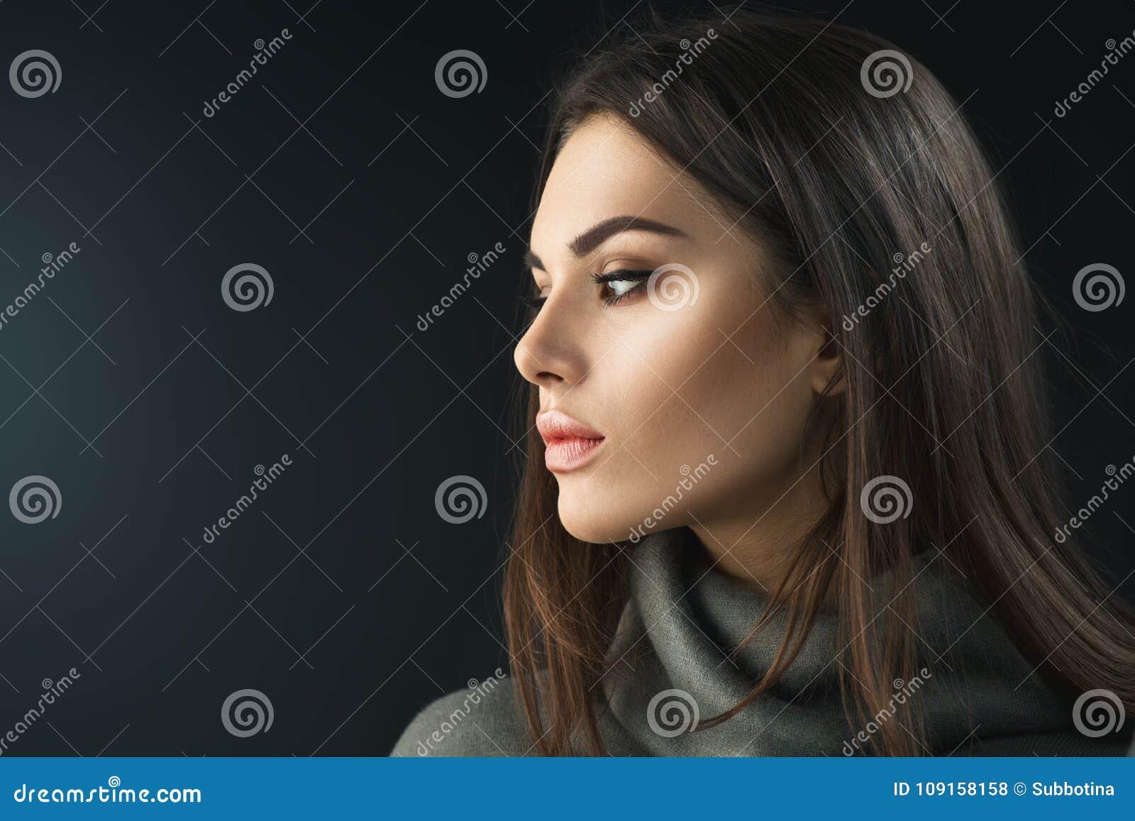Muchacha de la morenita del modelo de moda Retrato de la belleza de la mujer con maquillaje profesional