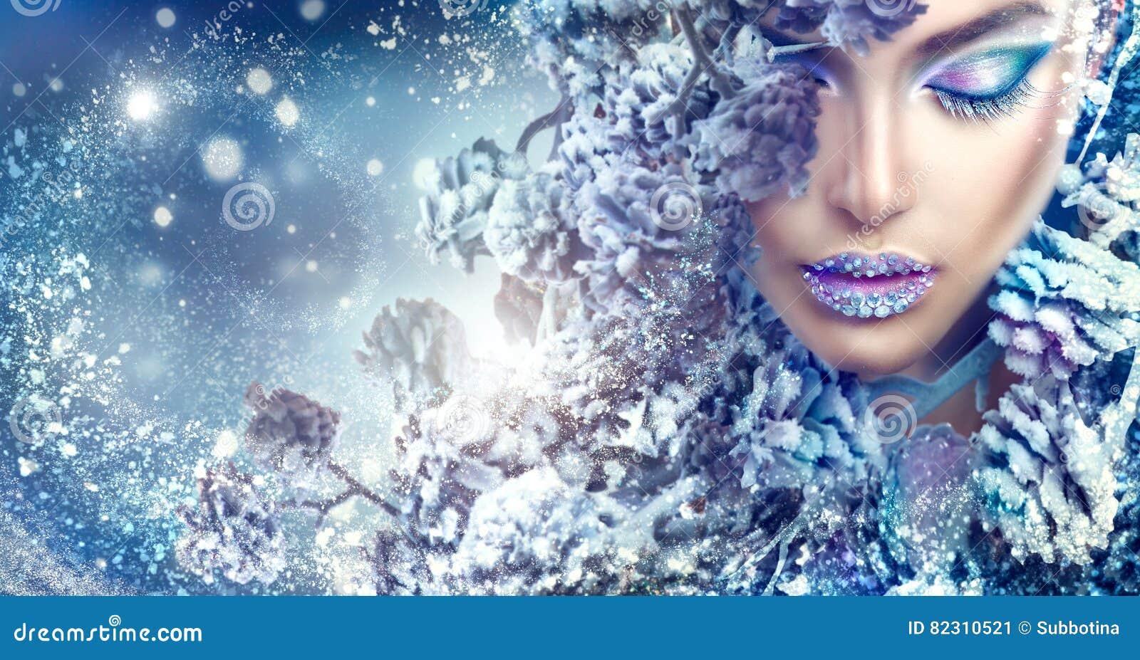 Muchacha de la Navidad Maquillaje de las vacaciones de invierno con las gemas en los labios