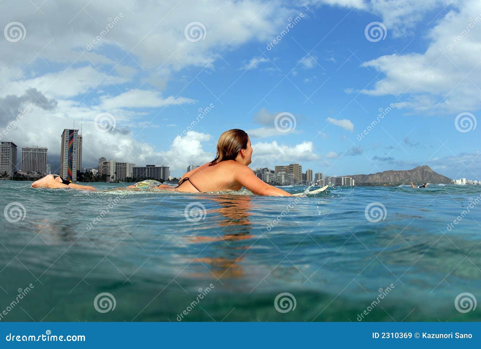 Muchacha de la persona que practica surf