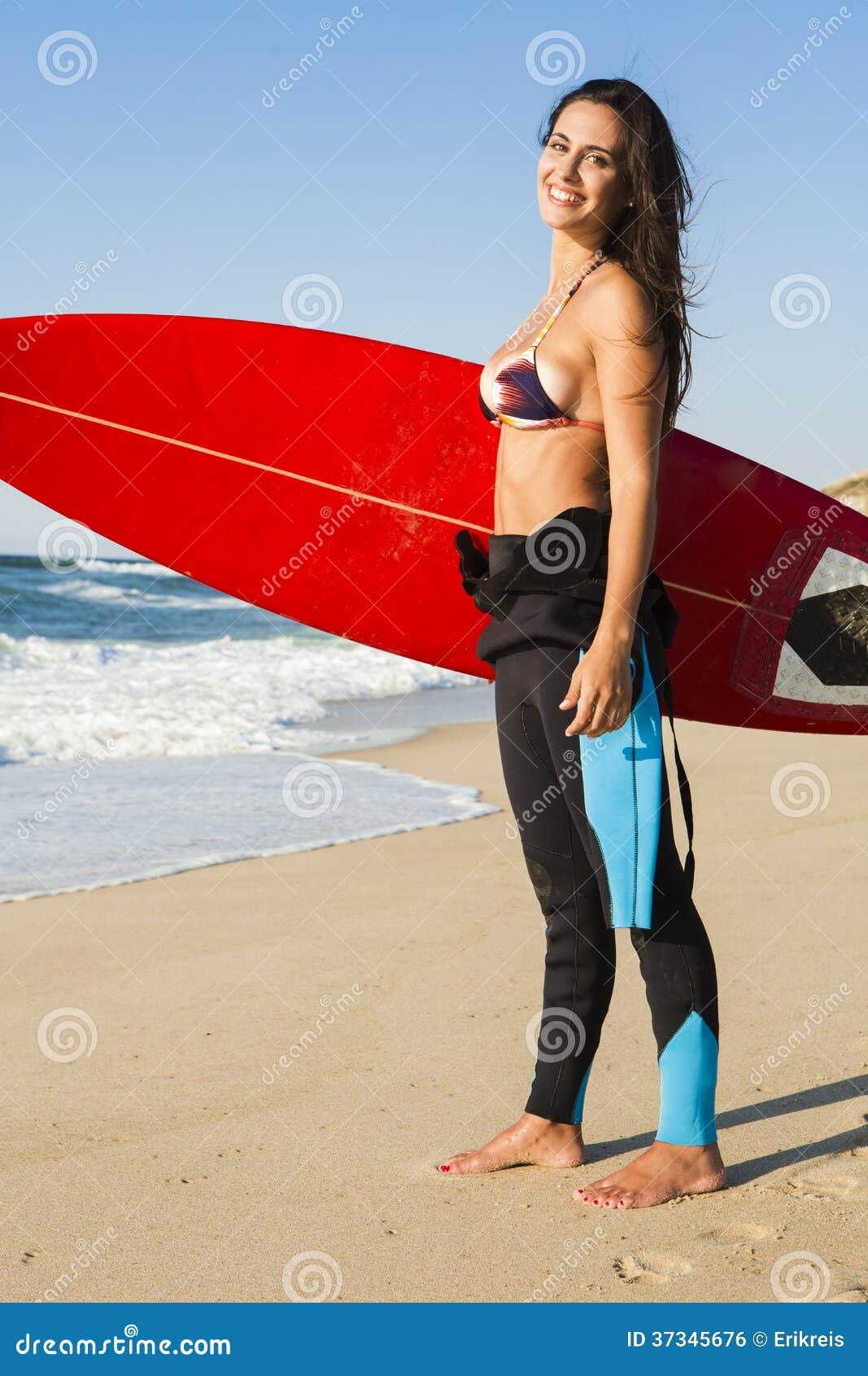 Muchacha de la persona que practica surf con su tabla hawaiana