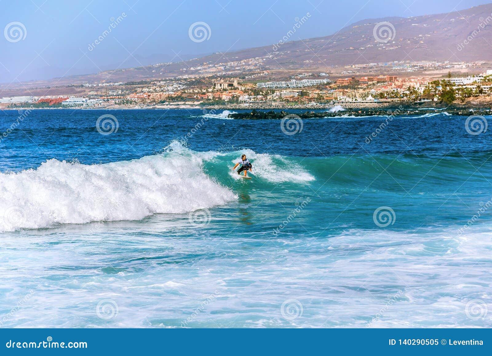 Muchacha de la persona que practica surf en Costa Adeje en Tenerife
