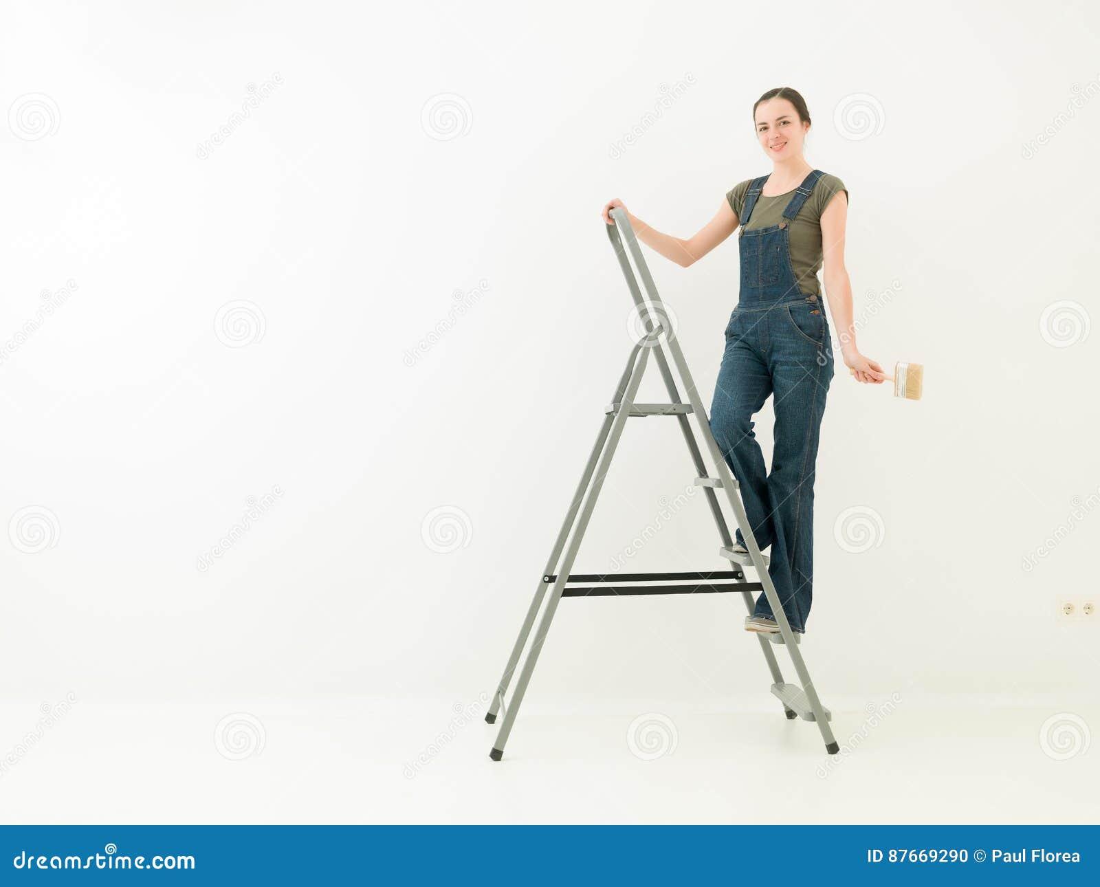 Muchacha de la preparación en una escalera