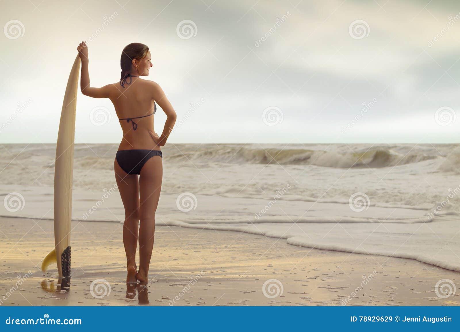 Muchacha de la resaca en la playa
