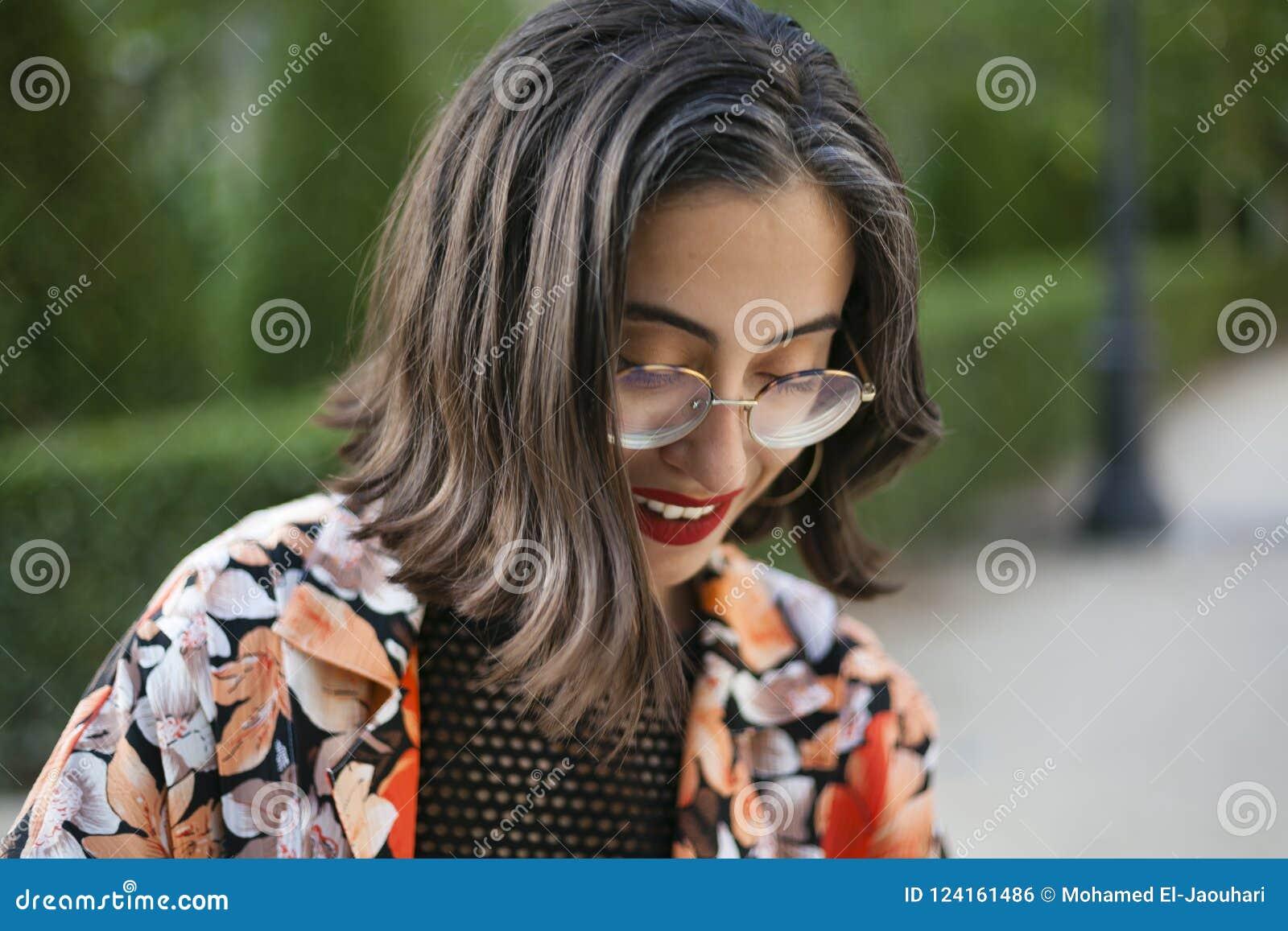 Muchacha de moda con el retrato de los vidrios