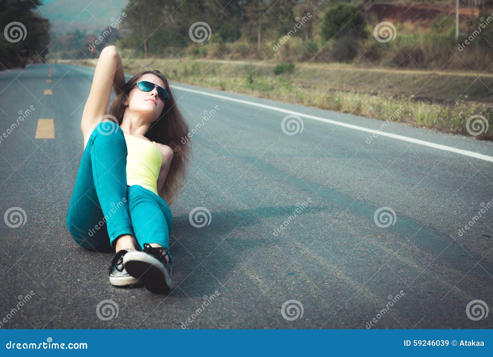 Download Muchacha De Moda Del Inconformista En Las Gafas De Sol Que Se Relajan En El Camino En El Th Imagen de archivo - Imagen de ocasional, goce: 59246039