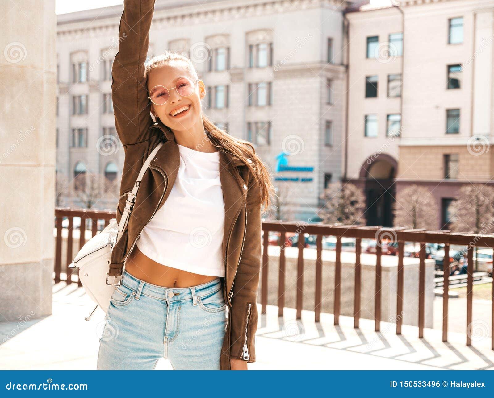 Muchacha de moda en ropa casual del verano