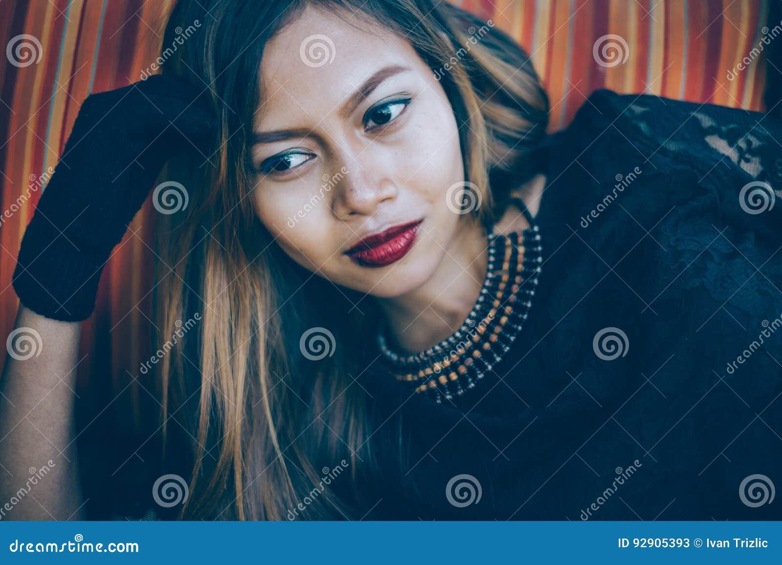 Maquillaje vestido negro labios rojos