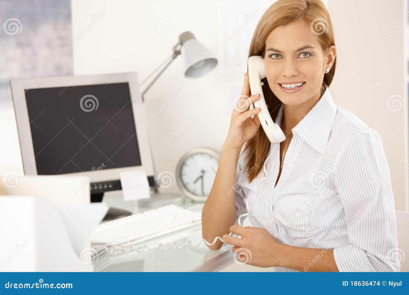 Muchacha de oficina feliz en llamada de tel fono de la for La oficina telefono
