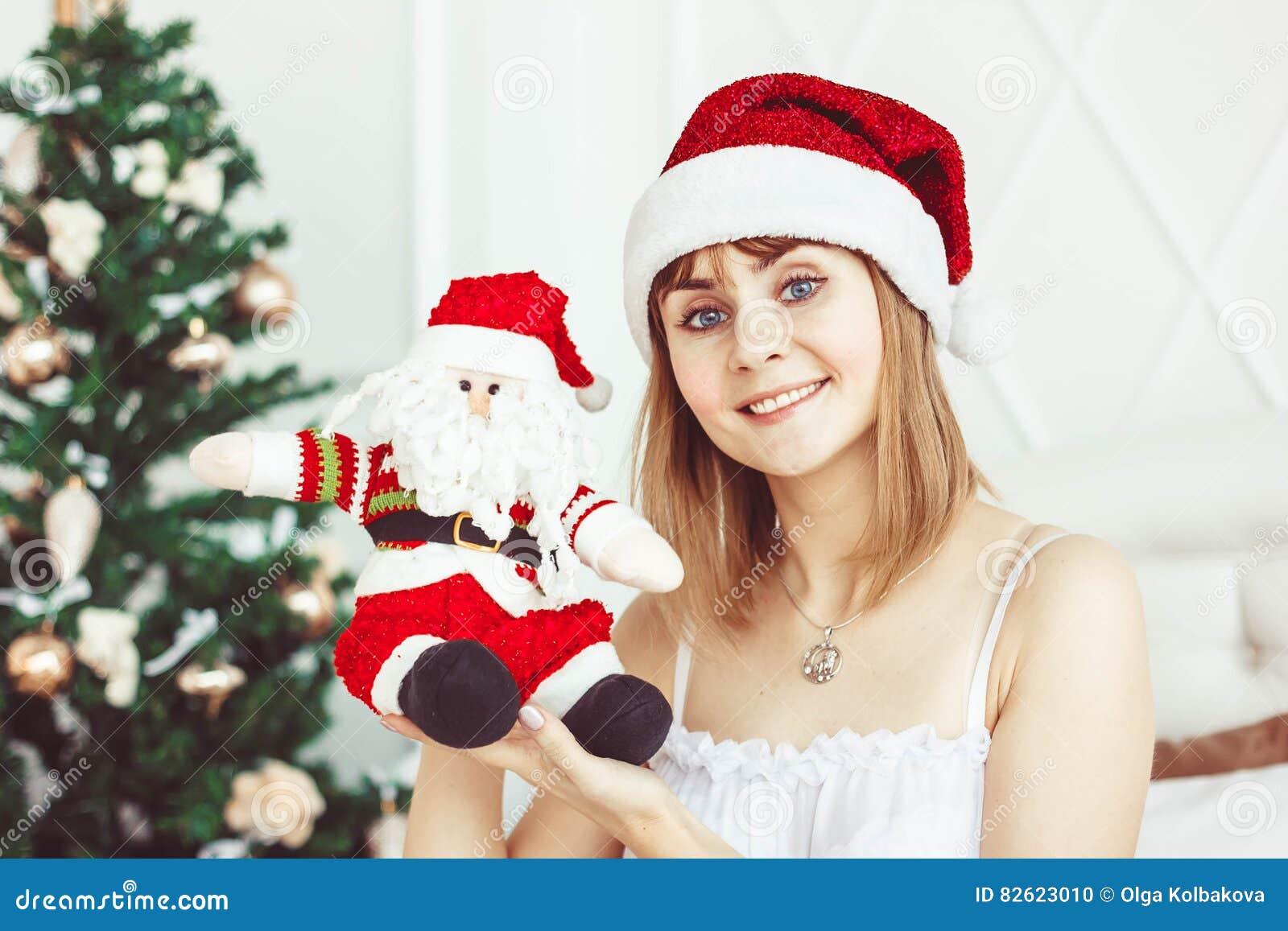 Muchacha de Papá Noel con un juguete