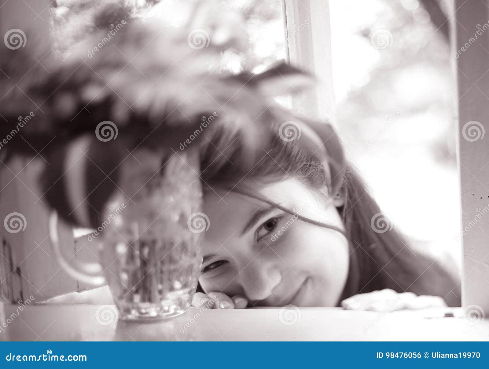 Muchacha del adolescente con cierre del boupuet de la hortensia encima de la foto