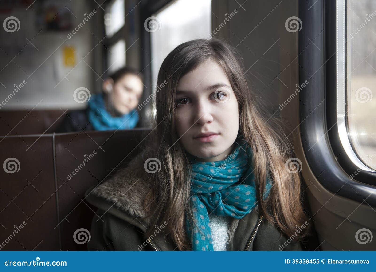 Muchacha del adolescente que se sienta en el carro