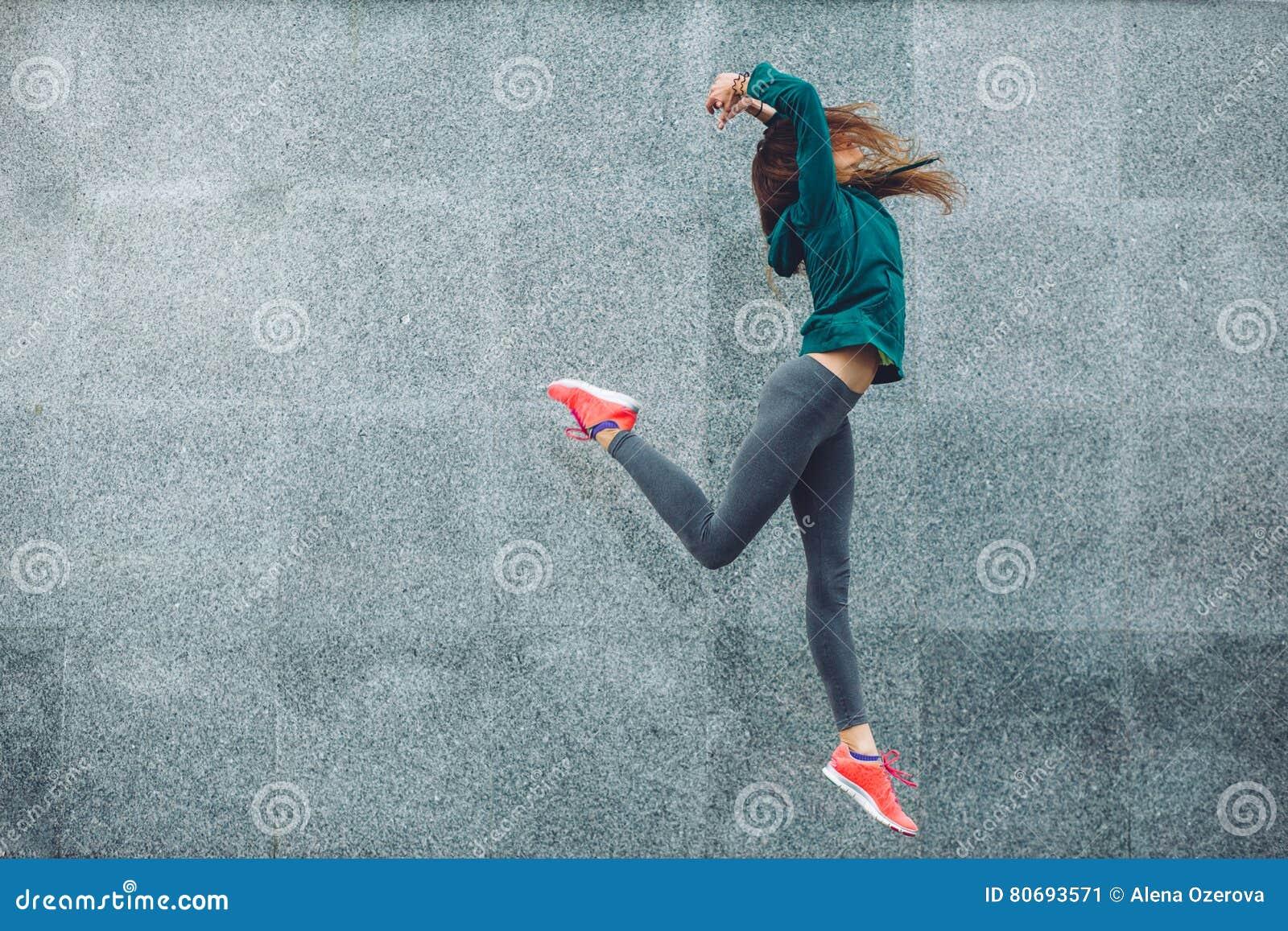 Muchacha del deporte de la aptitud en la calle