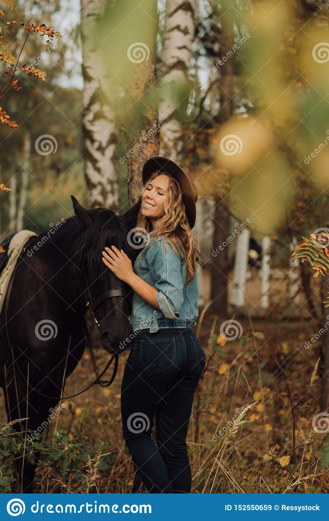 Muchacha del inconformista con un caballo en la sonrisa de maderas