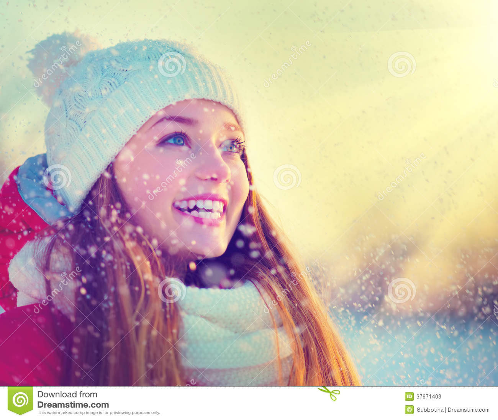 Muchacha del invierno que se divierte
