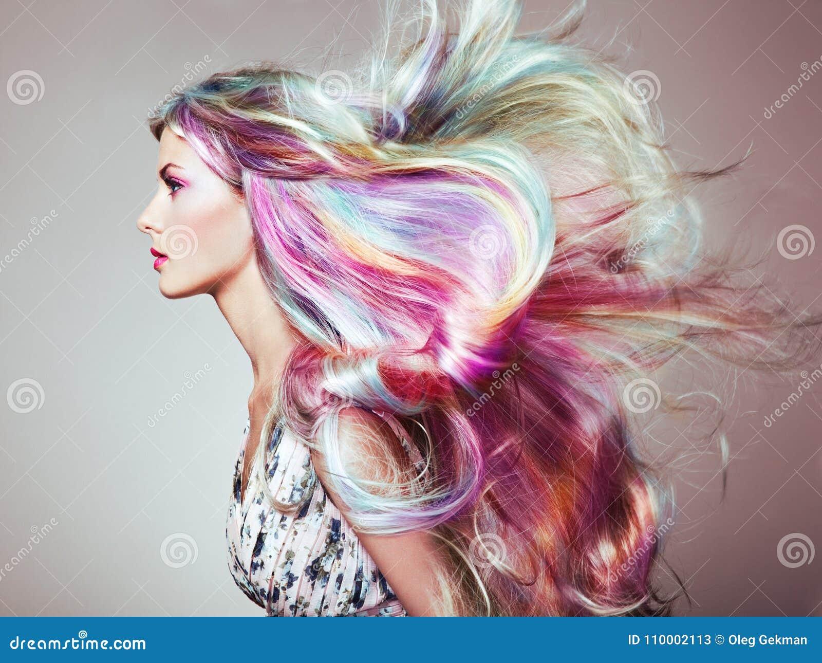 Muchacha del modelo de moda de la belleza con el pelo teñido colorido