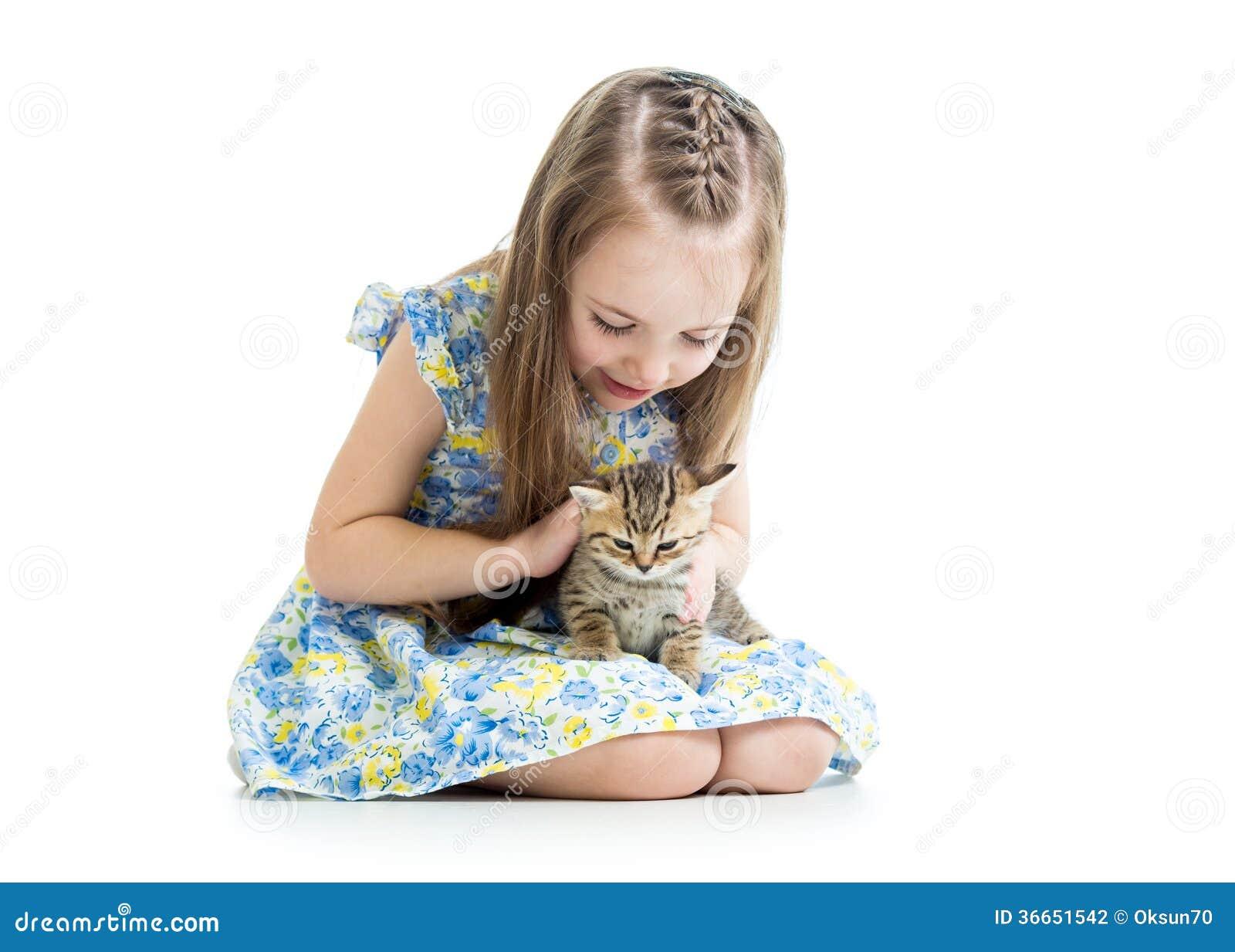 Muchacha del niño que juega con el gatito del gato