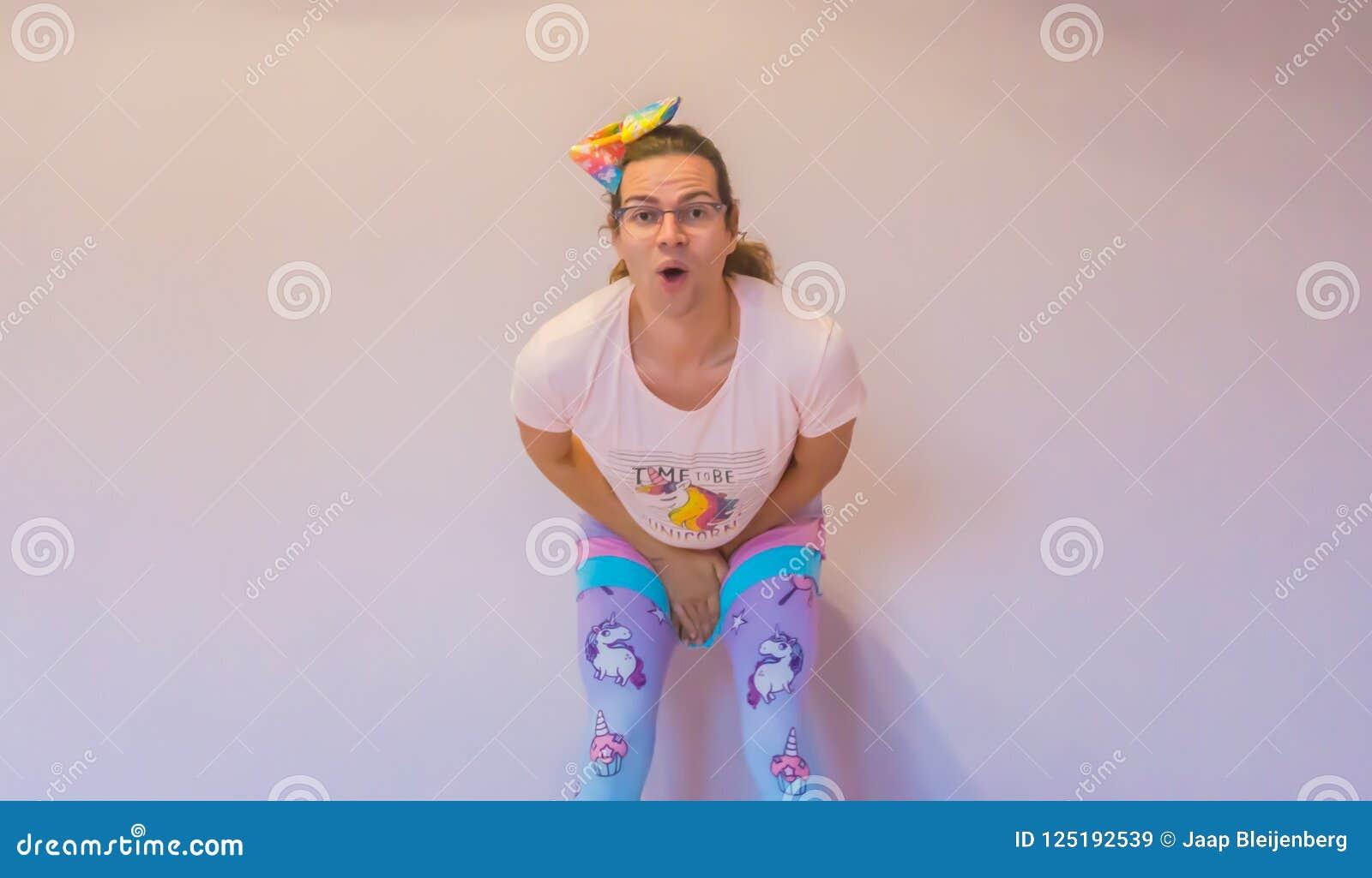 Muchacha del transexual de LGBT que hace una expresión divertida