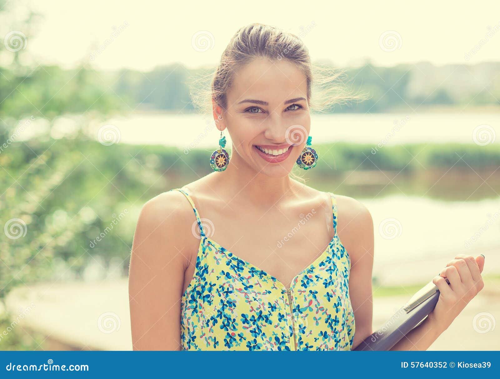 Muchacha del verano Mujer sonriente el día soleado afuera en parque por el lago