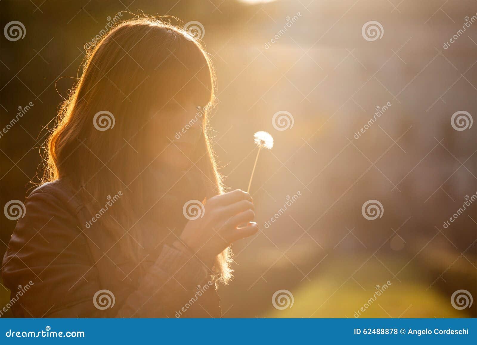 Muchacha delicada y frágil, mujer dulce de la esperanza y naturaleza Puesta del sol romántica