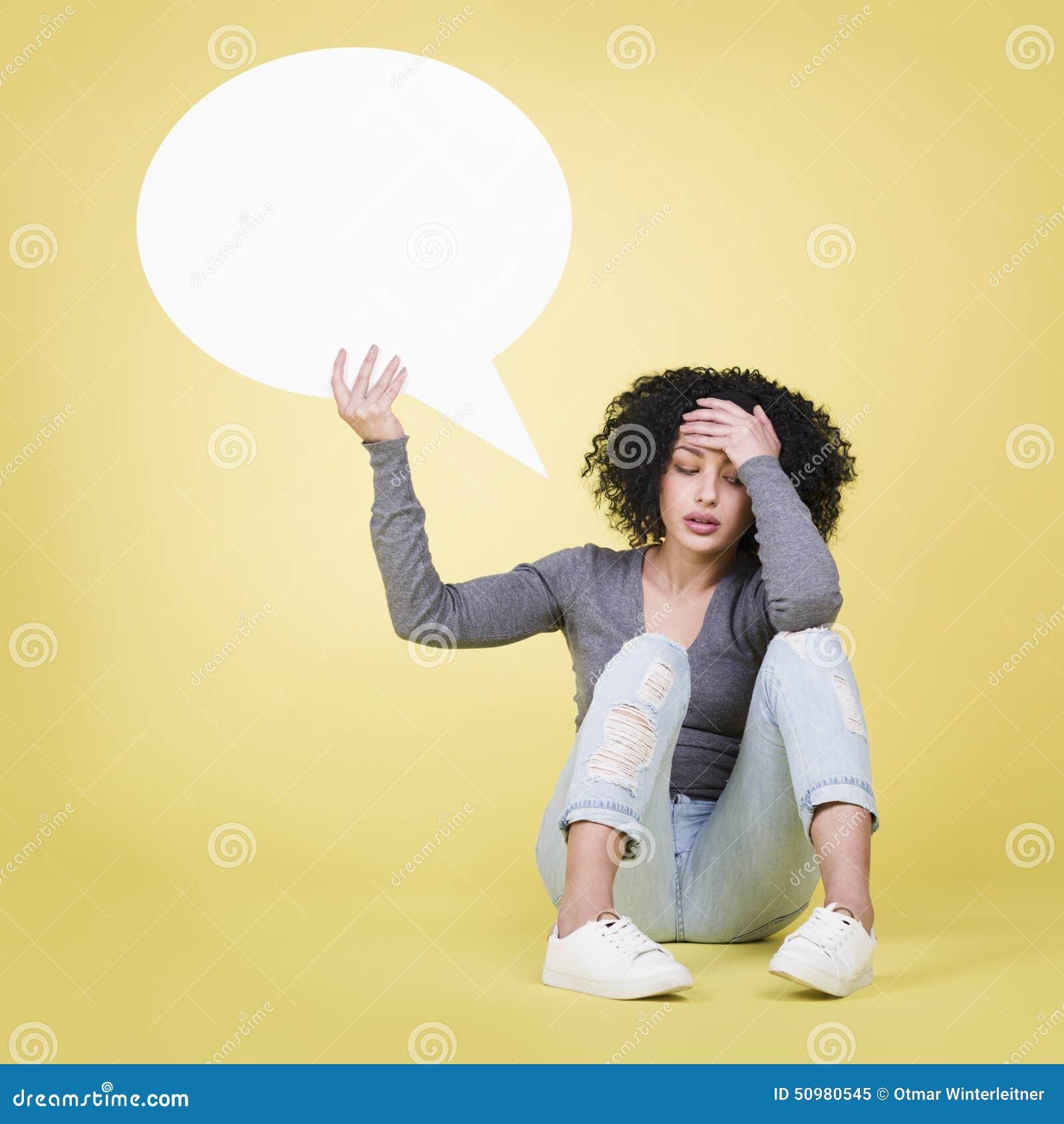 Muchacha desesperada que lleva a cabo un tablero blanco en blanco de la muestra