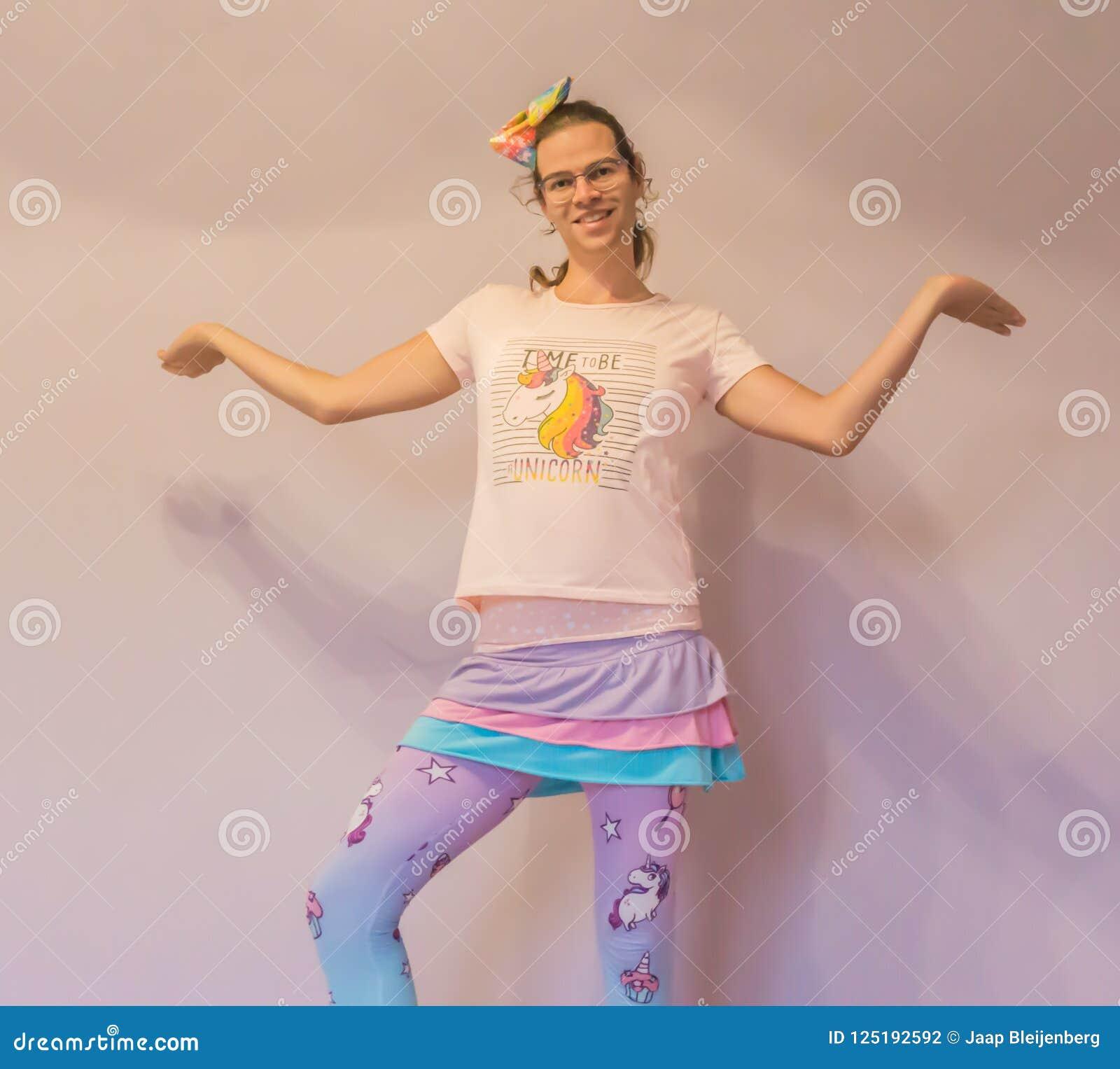 Muchacha divertida del transexual de LGBT en el equipo del kawaii del unicornio que hace aquí me soy actitud