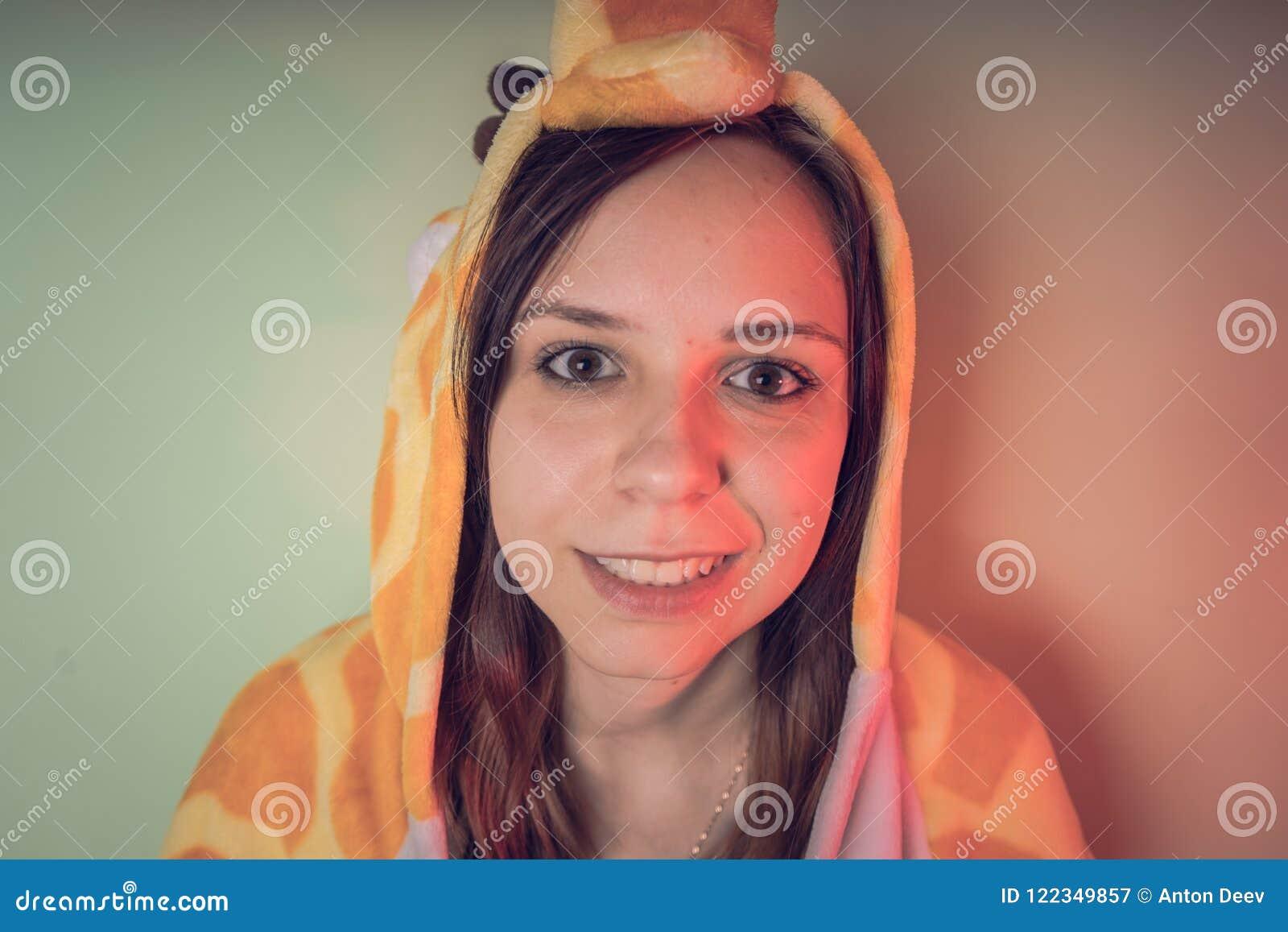 Muchacha divertida en pijamas del kigurumi retrato emocional de un estudiante presentación del traje del animador del ` s de los