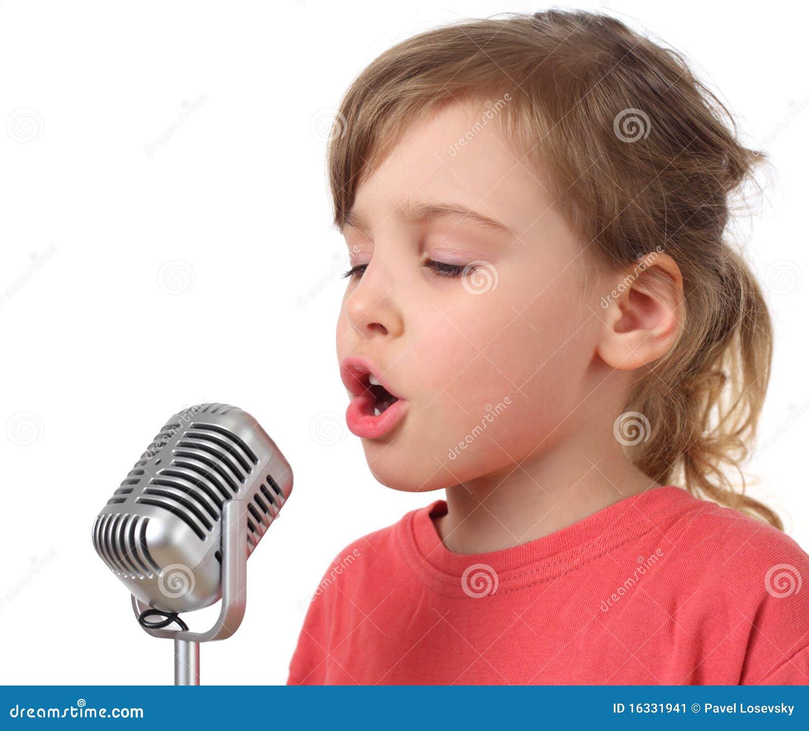 Muchacha en camisa que canta en el micrófono, media carrocería