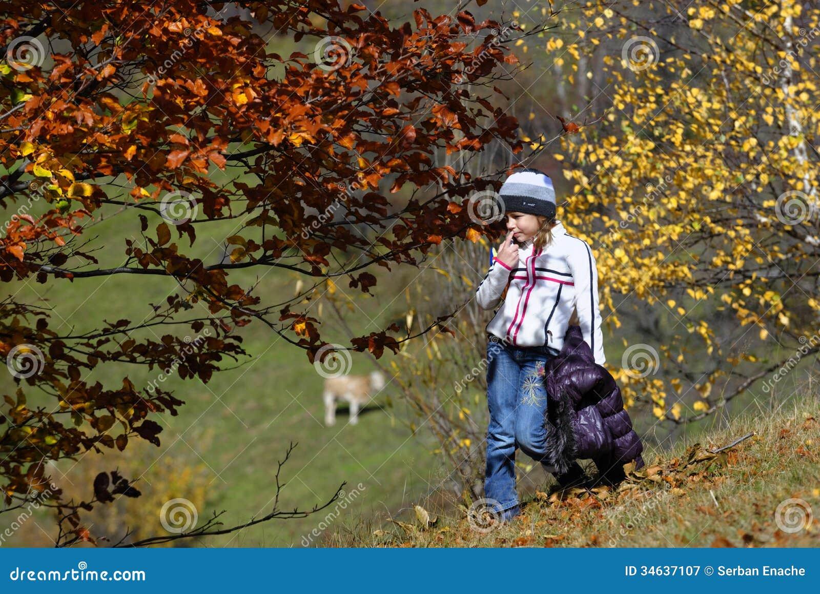 Muchacha en campo del otoño