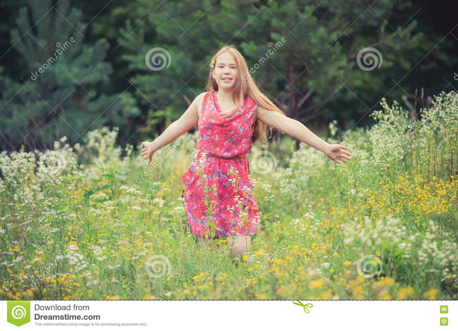 Muchacha en campo del verano