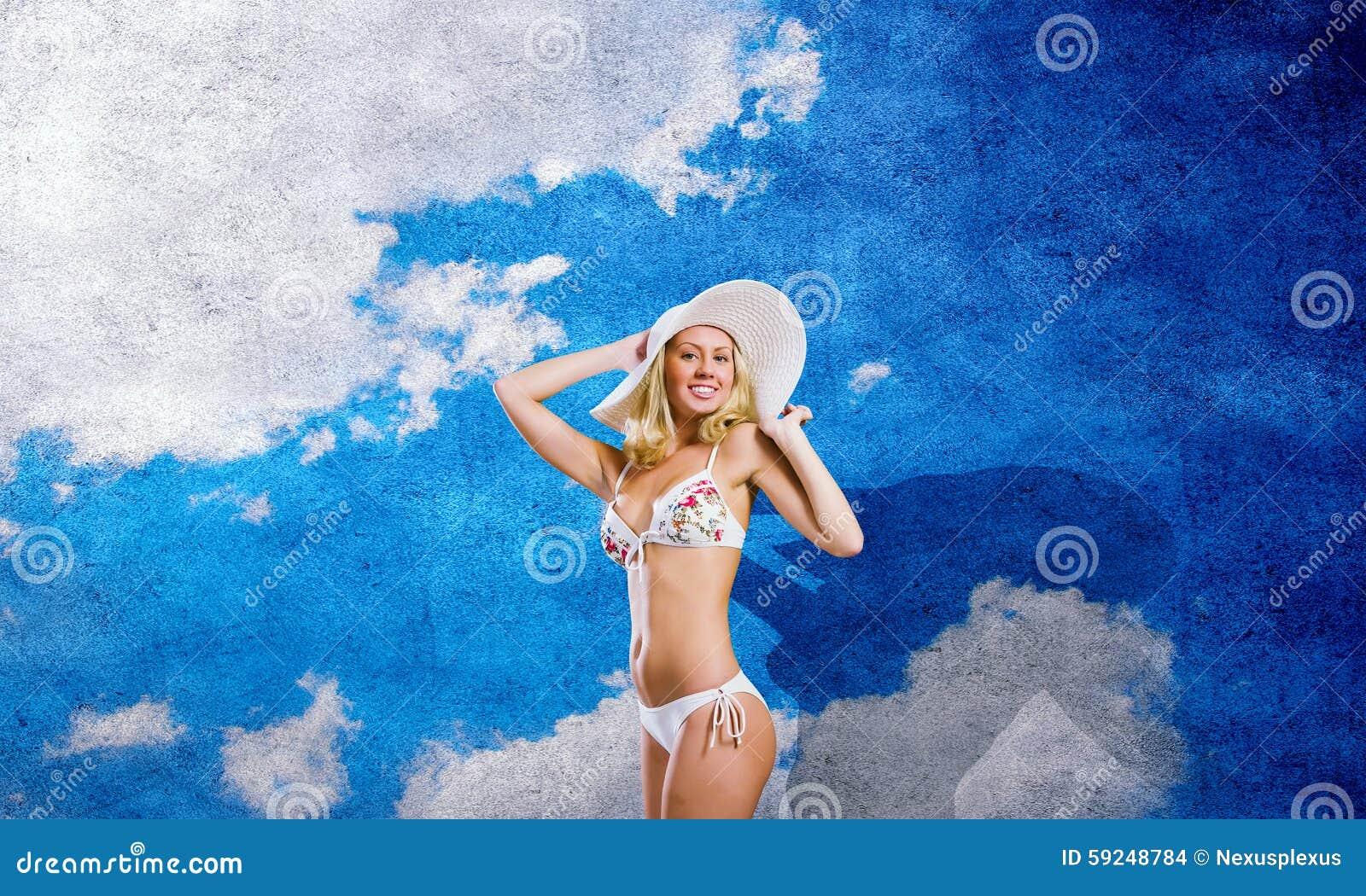 Muchacha en el bikini blanco