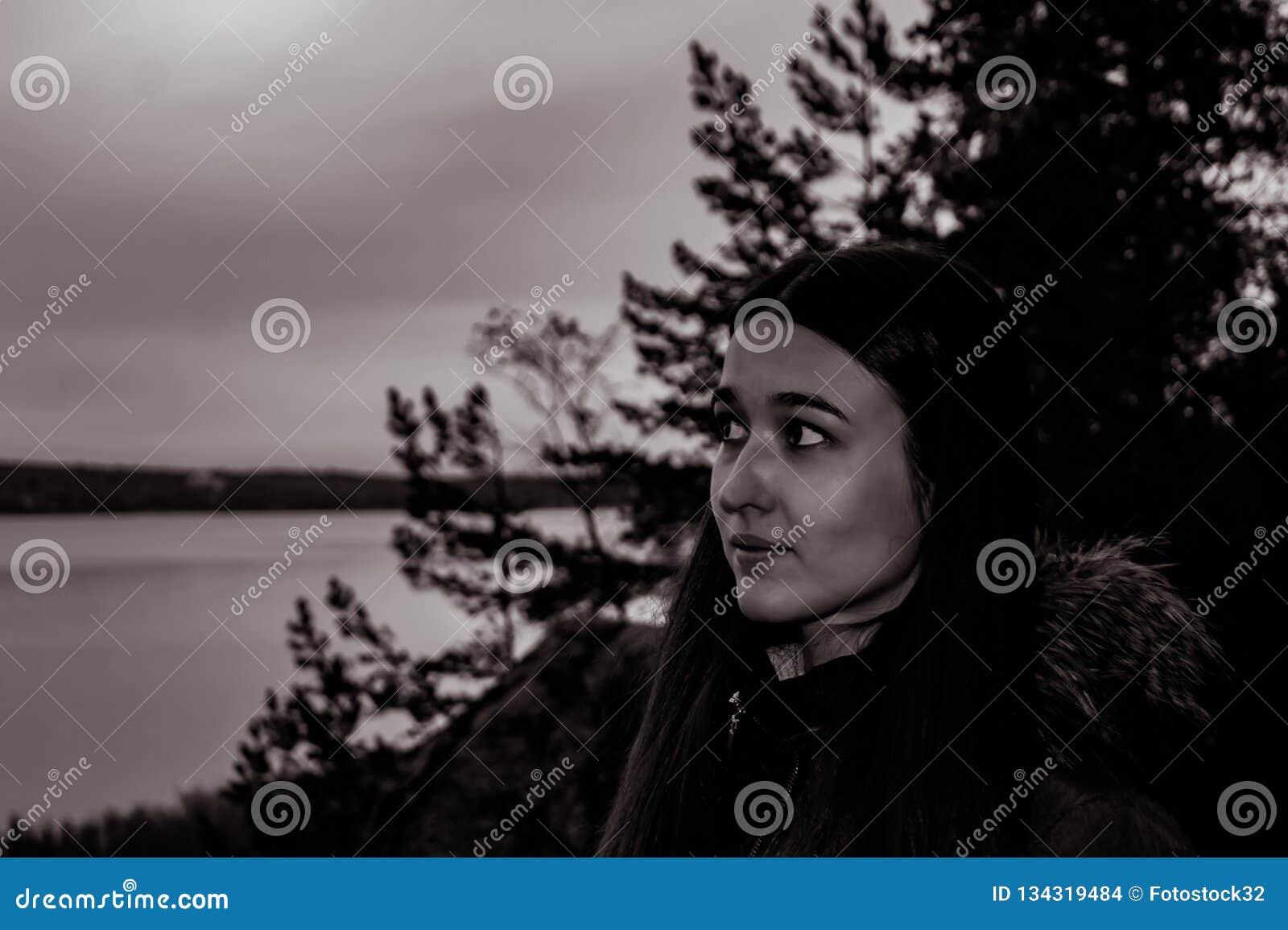 Muchacha en el bosque crepuscular