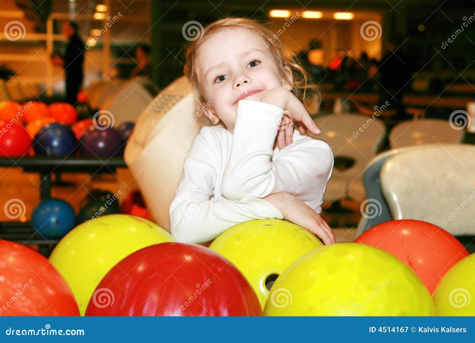 Muchacha en el bowling