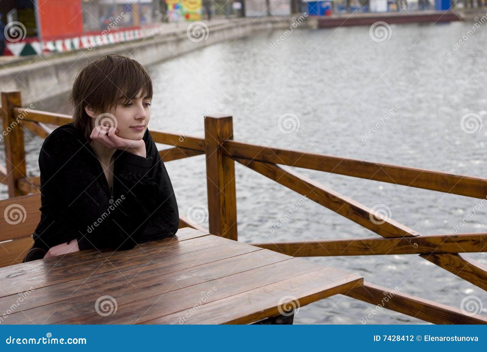 Muchacha en el café al aire libre