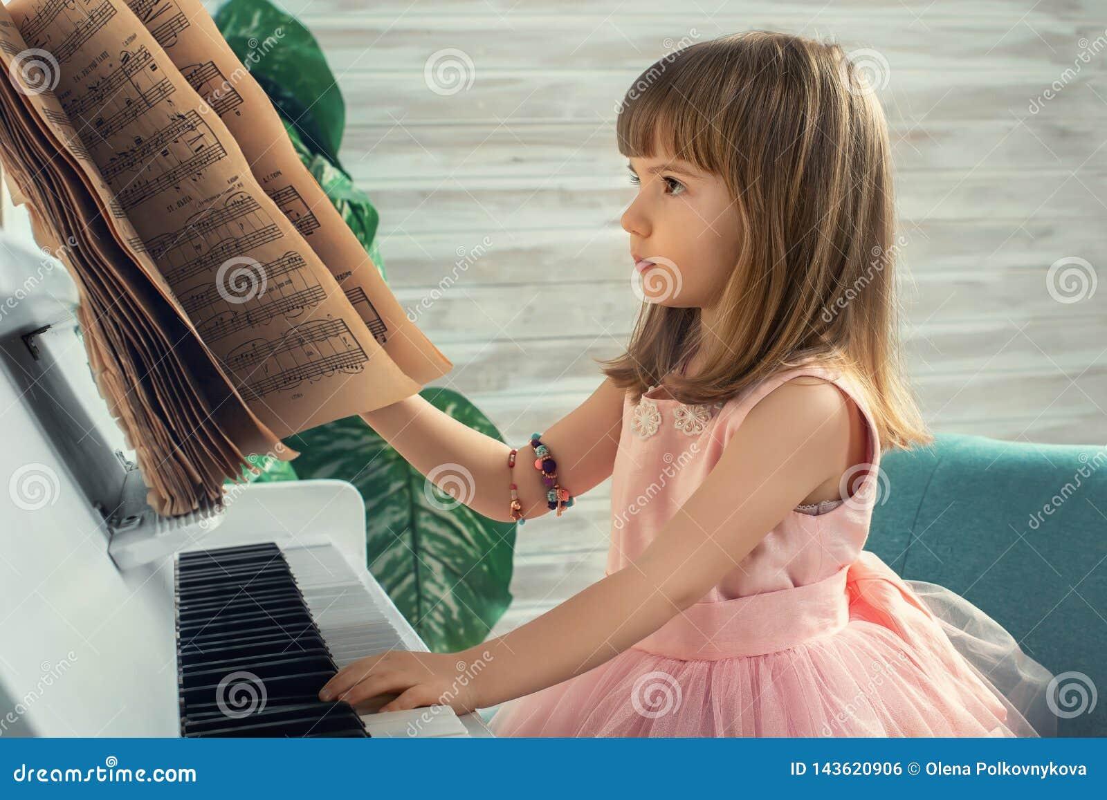 Muchacha en el piano