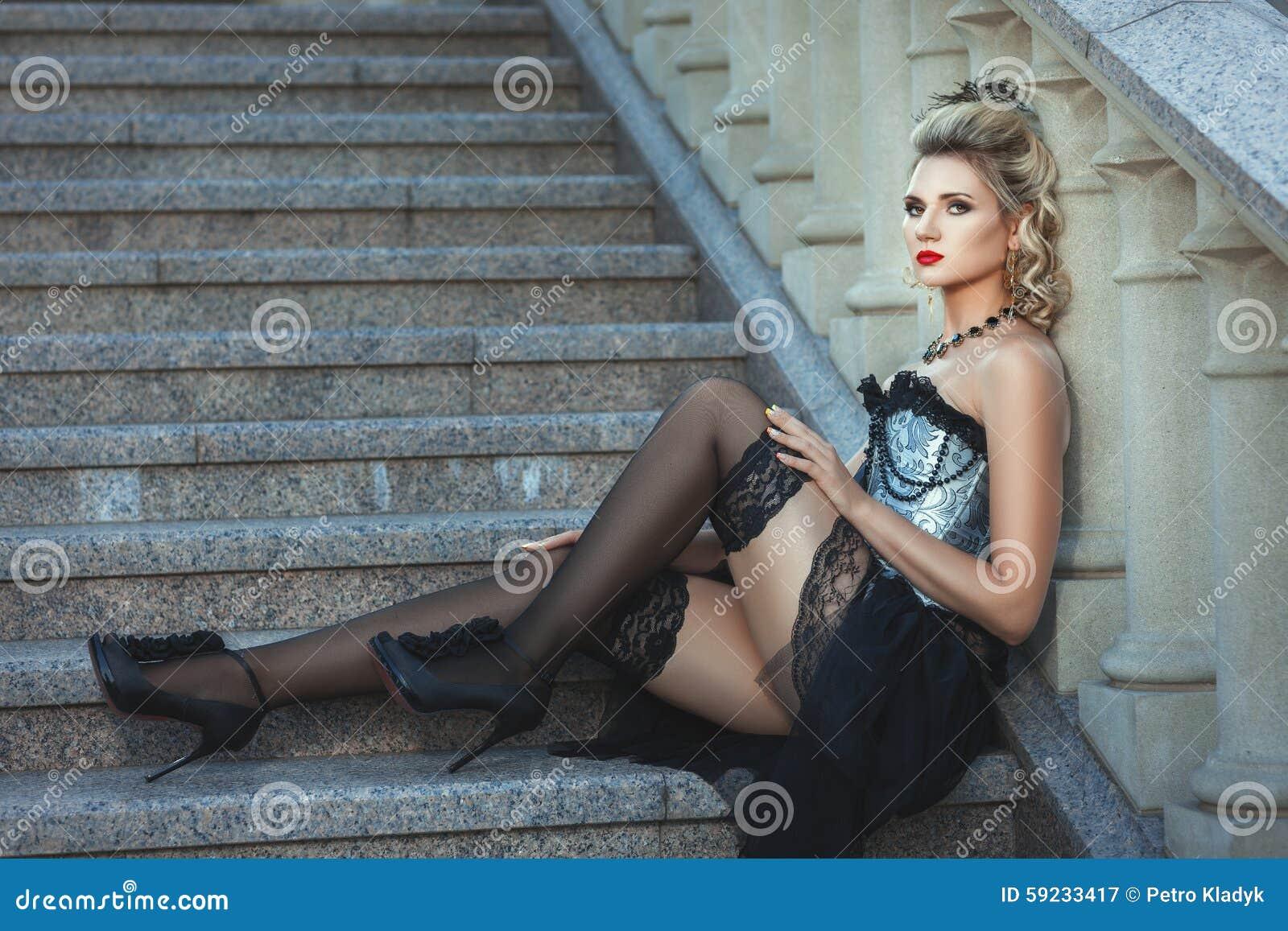 Download Muchacha En El Vestido Pasado De Moda Que Se Sienta En Las Escaleras Imagen de archivo - Imagen de rubio, sensualidad: 59233417