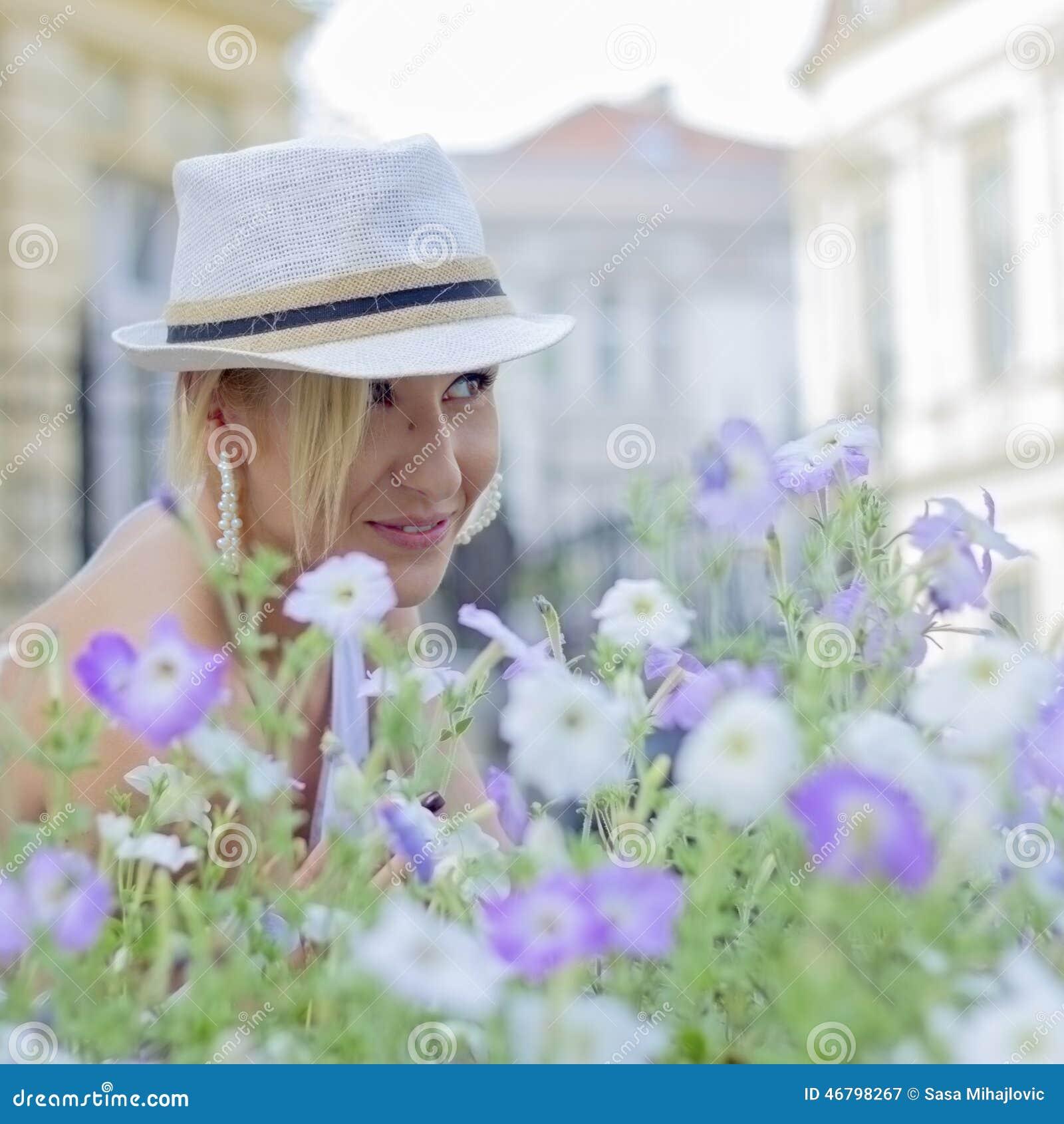 Muchacha en flores púrpuras