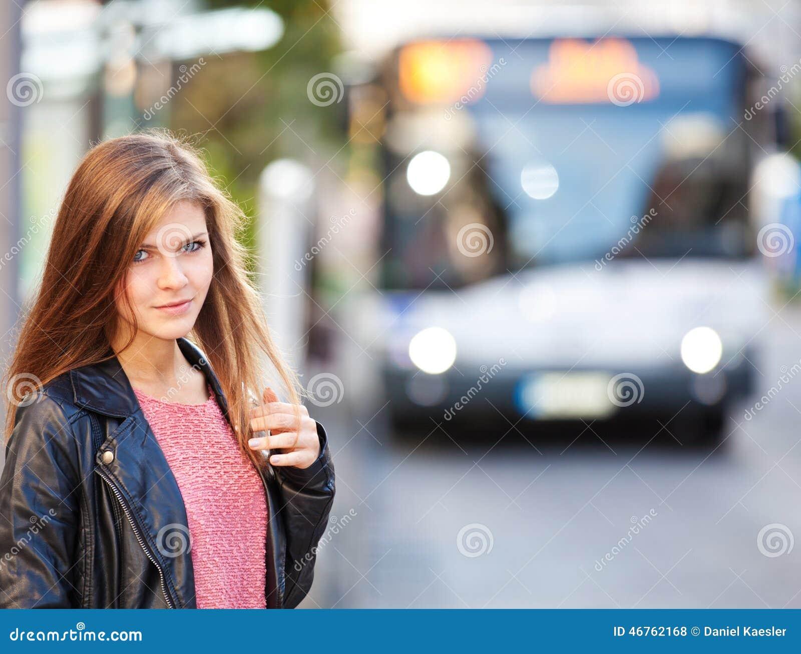 Muchacha en la parada de autobús