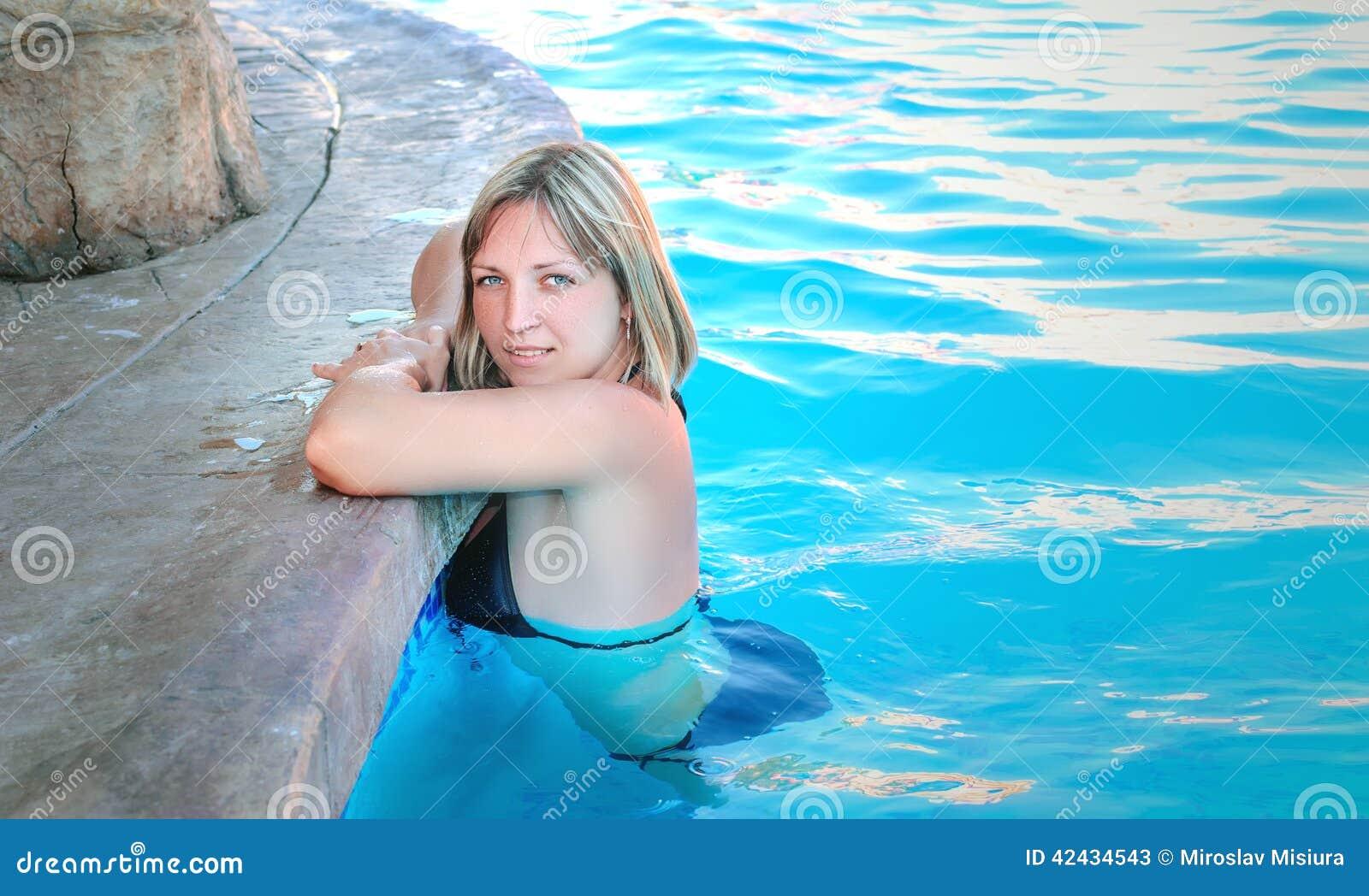 Muchacha en la piscina