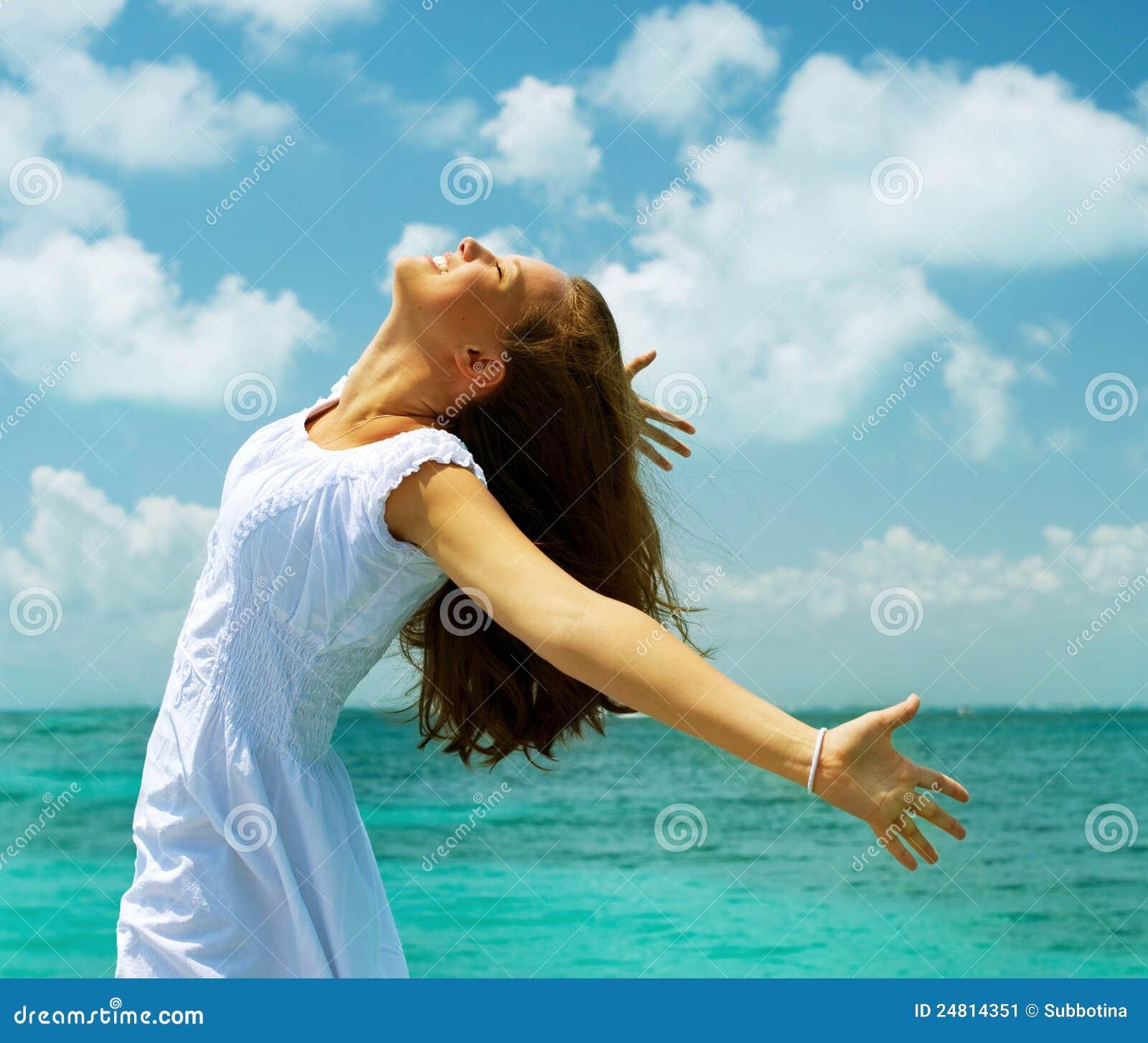 Muchacha en la playa del océano