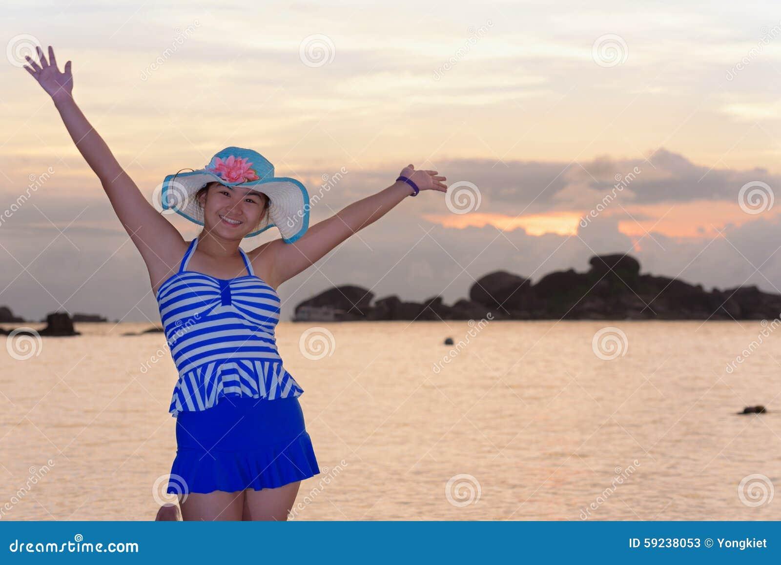 Download Muchacha En La Playa En La Salida Del Sol Sobre El Mar Imagen de archivo - Imagen de lifestyle, rayado: 59238053