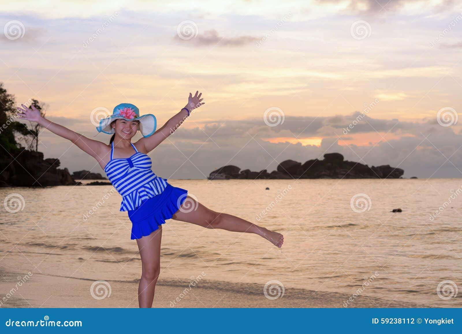 Download Muchacha En La Playa En La Salida Del Sol Sobre El Mar Foto de archivo - Imagen de lindo, presentación: 59238112