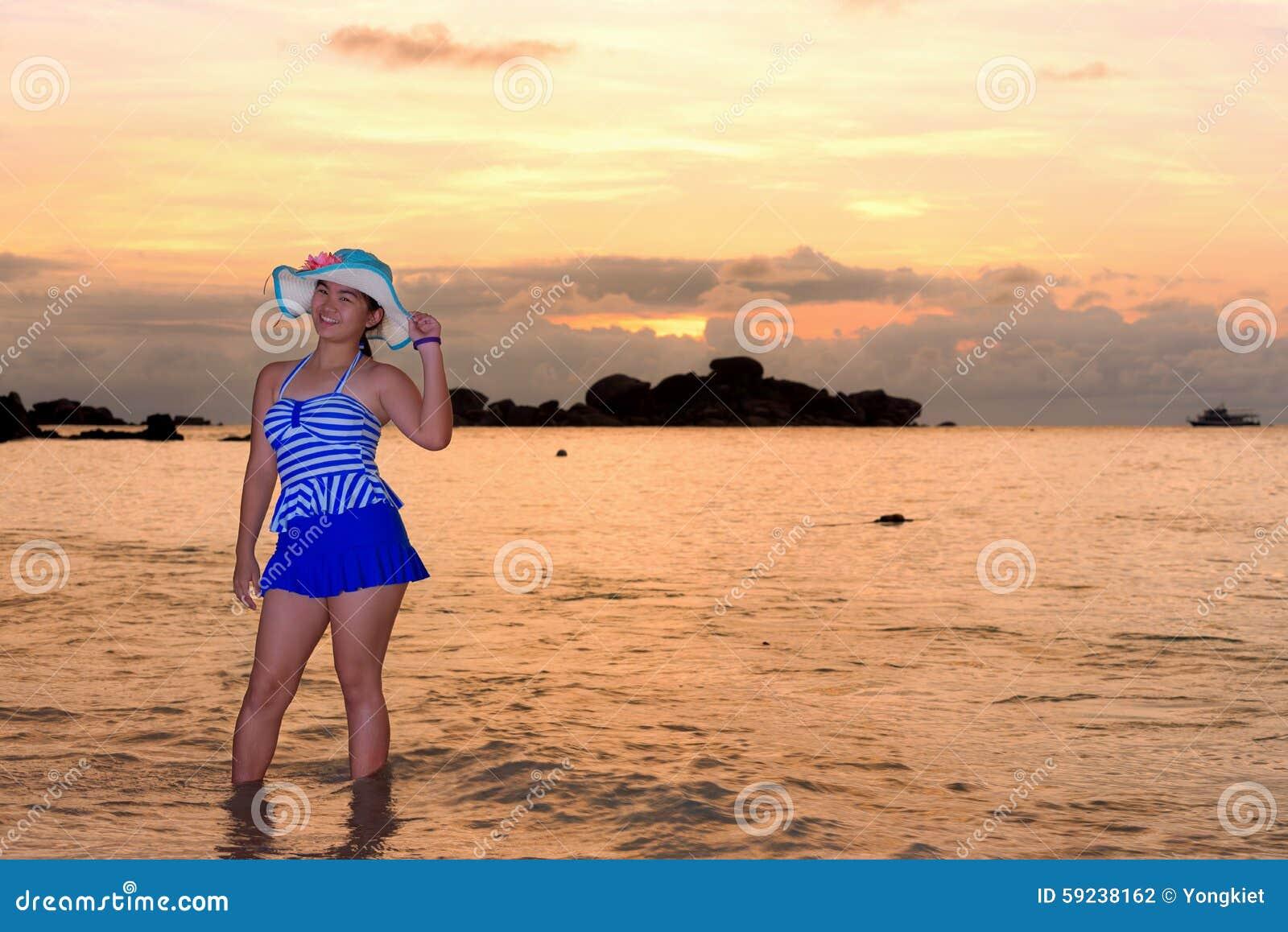 Download Muchacha En La Playa En La Salida Del Sol Sobre El Mar Foto de archivo - Imagen de brillante, sunlight: 59238162