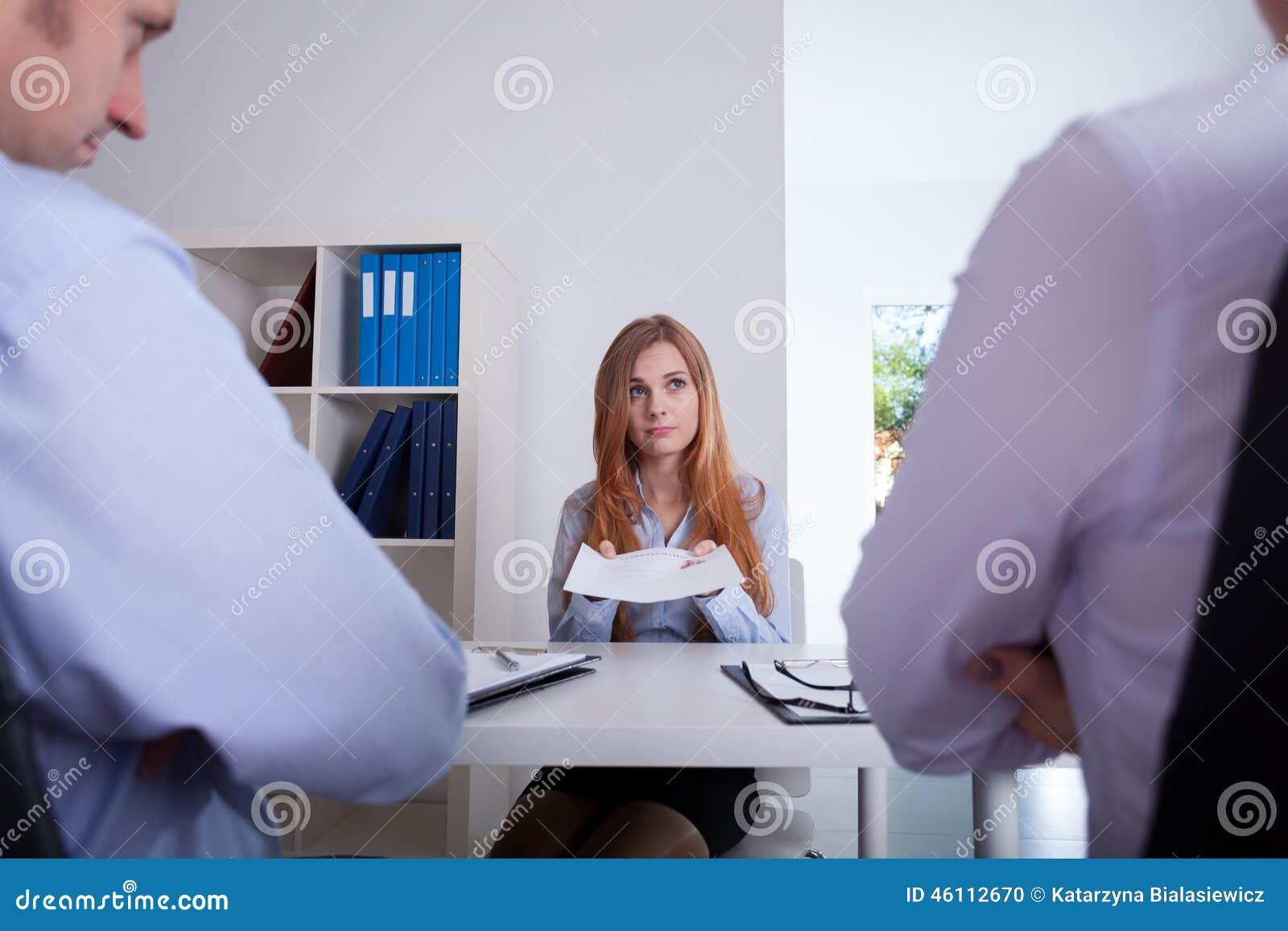 Muchacha en la reunión del reclutamiento
