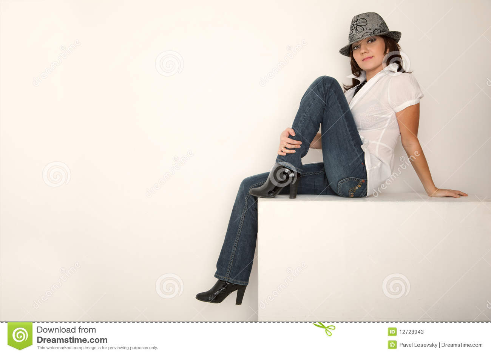 La muchacha se quita los pantalones vaqueros