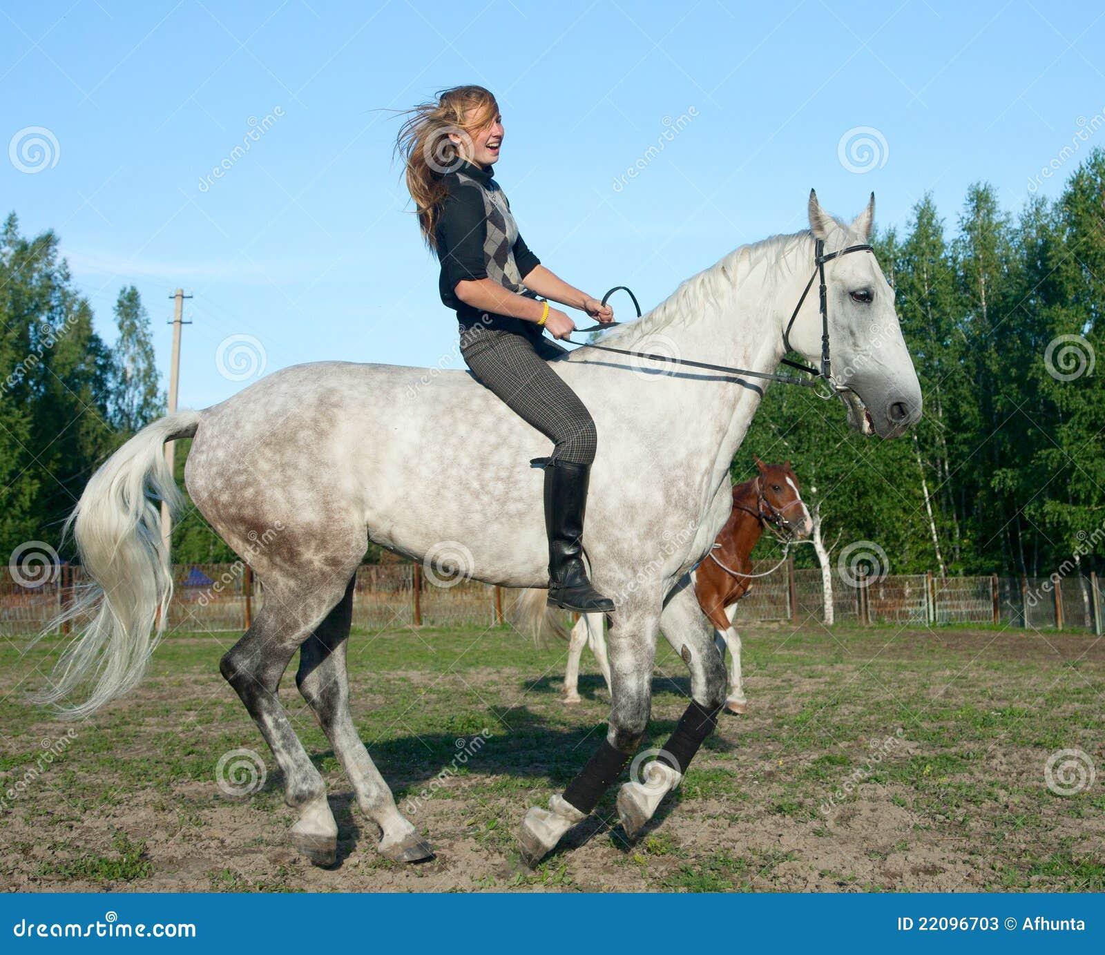 Muchacha en un caballo