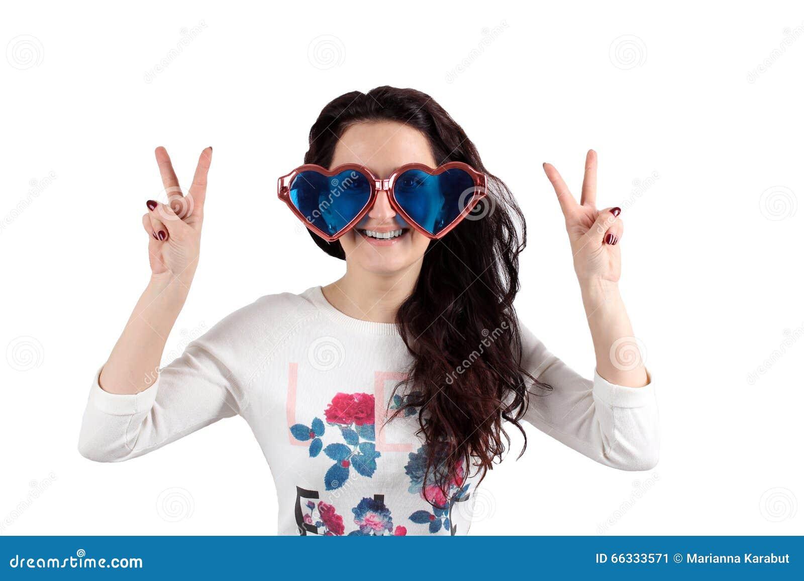 Muchacha en un fondo blanco con los vidrios grandes y sus manos para arriba